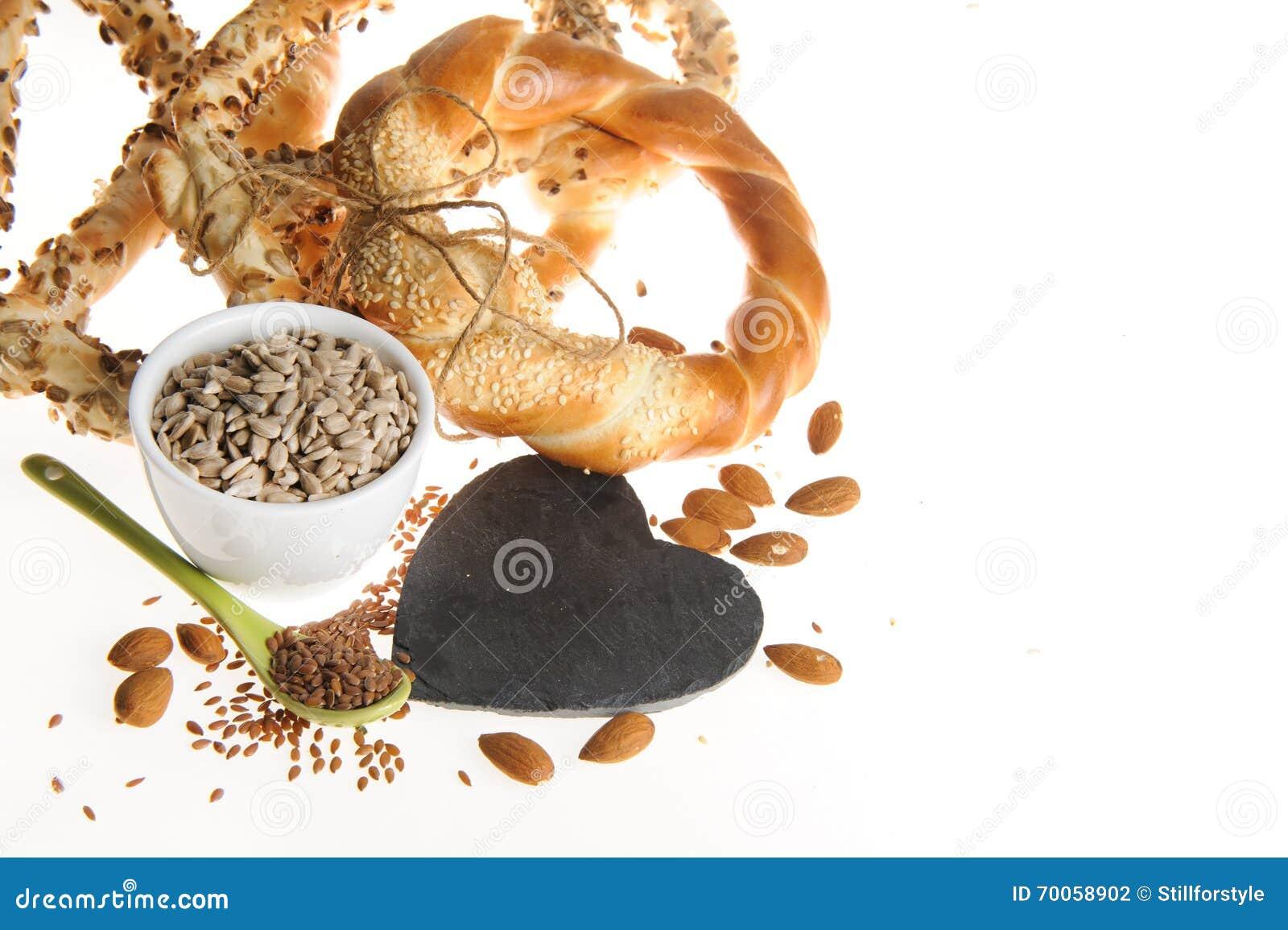 Graines de lin, graines de tournesol, amandes, bretzels