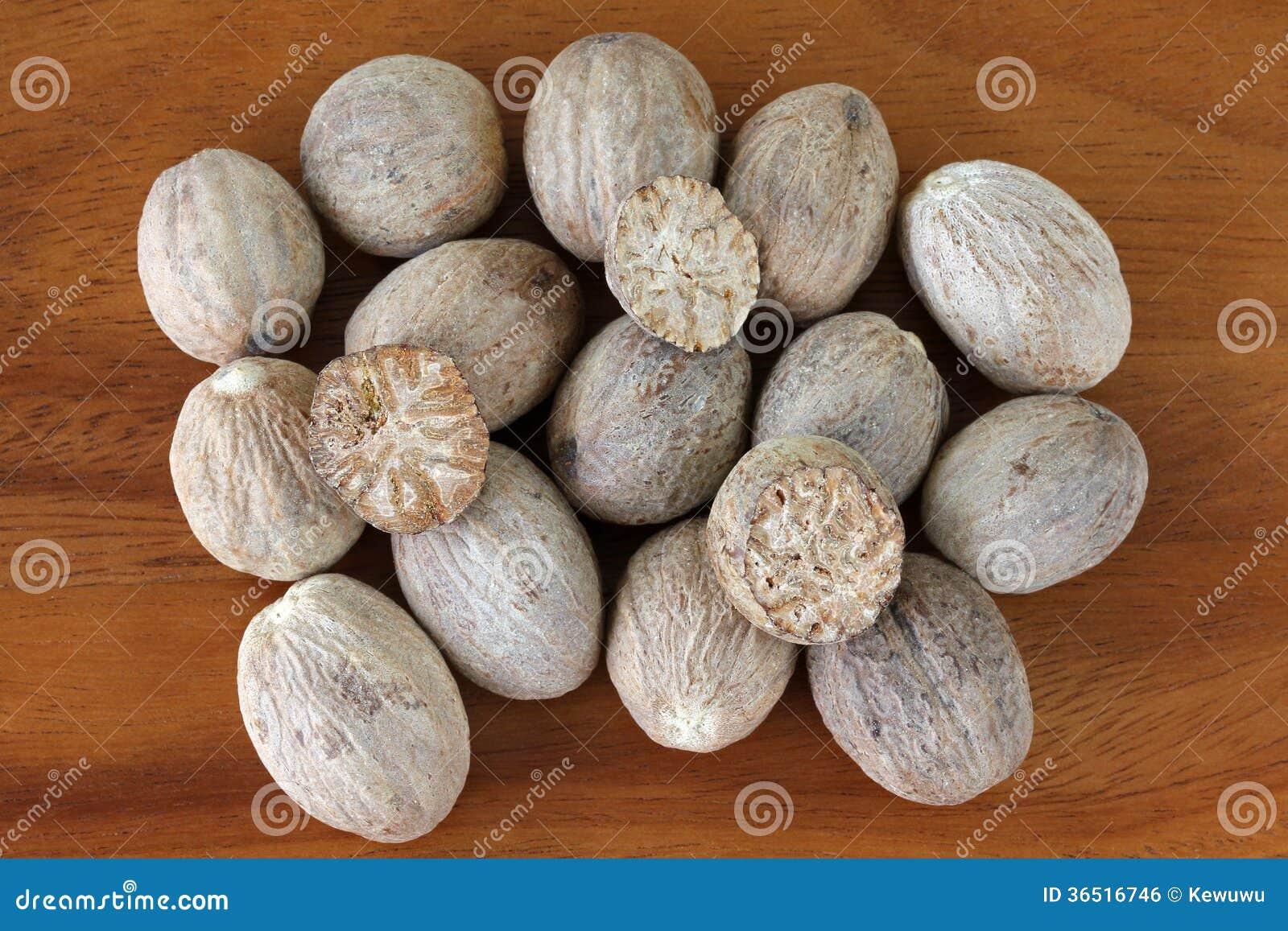 Graines de noix de muscade coupées dans la moitié