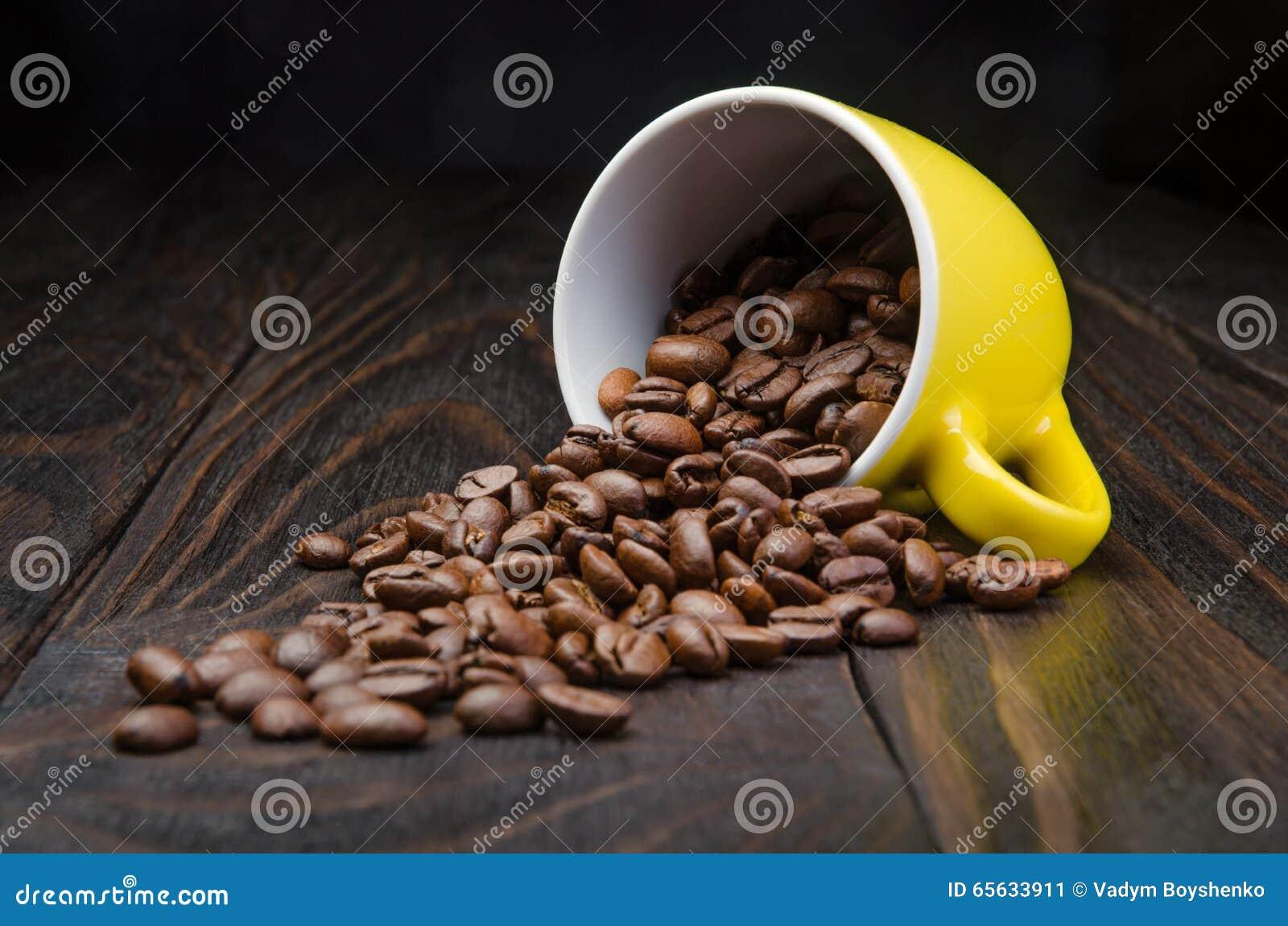 Grains de café dans une tasse jaune