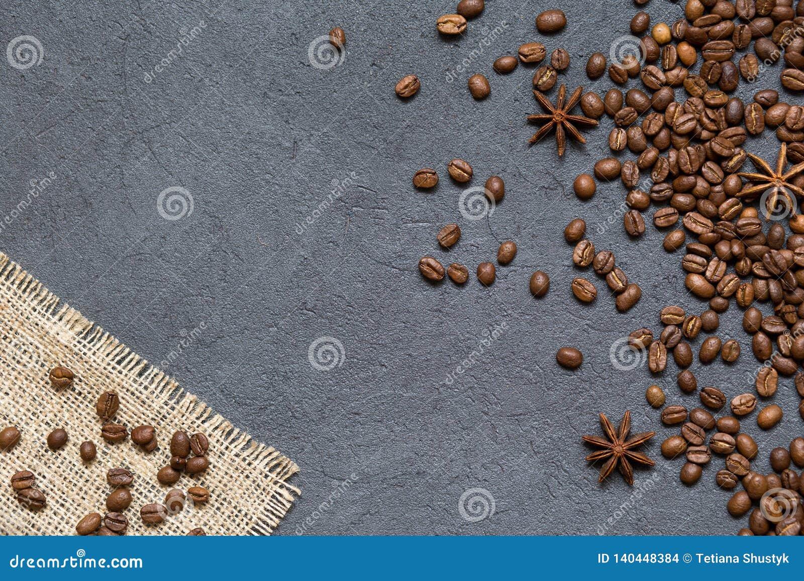 Grains de café et ingrédients sur le fond en pierre noir, vue supérieure