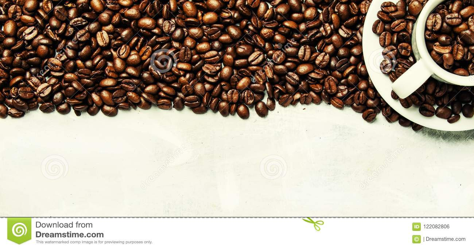 Grains de café rôtis dans une tasse et soucoupe blanche, backgr gris de nourriture