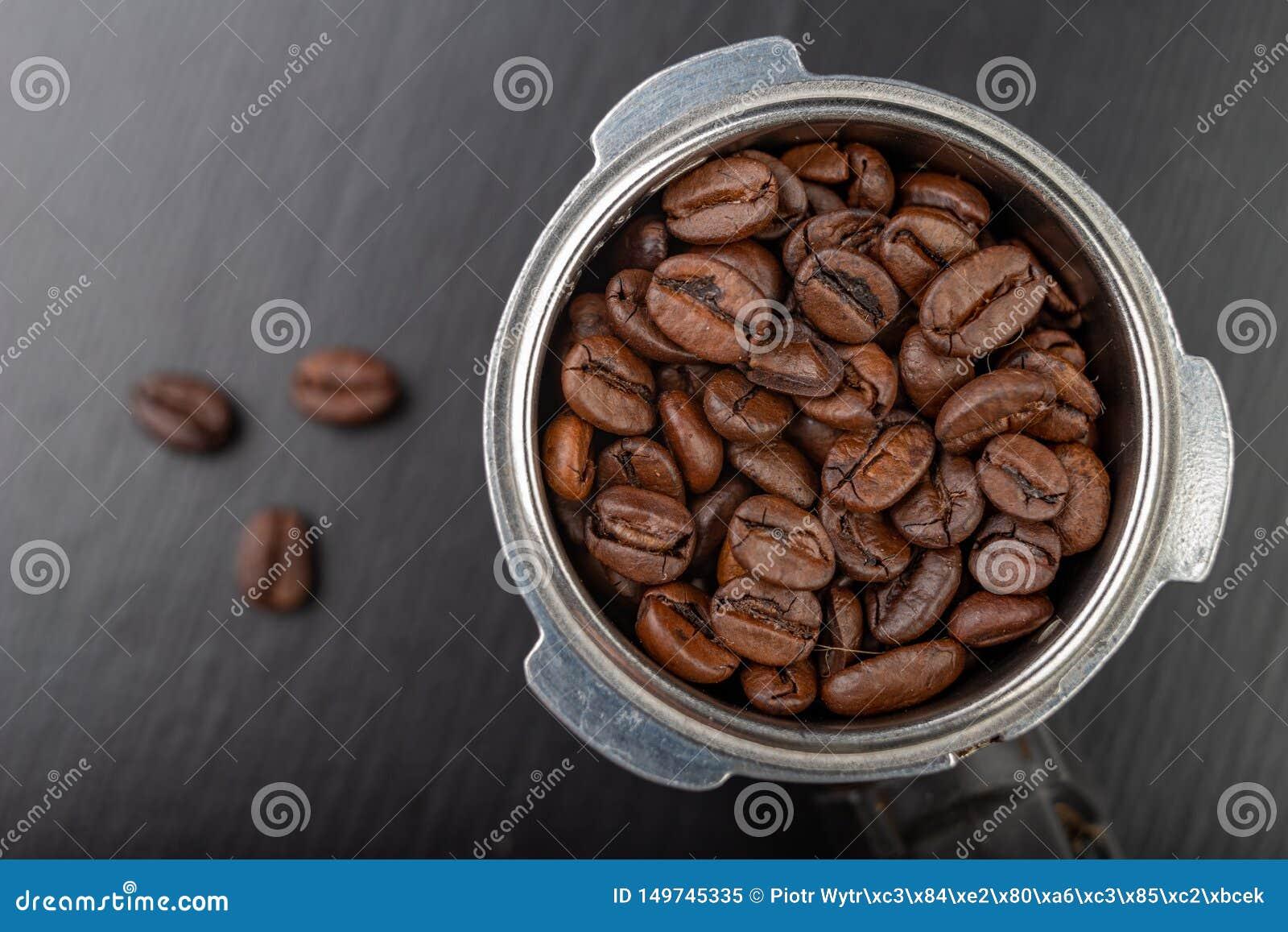 Fabricant Italien De Cuisine grains de café rôtis noirs et un flacon de machine de café