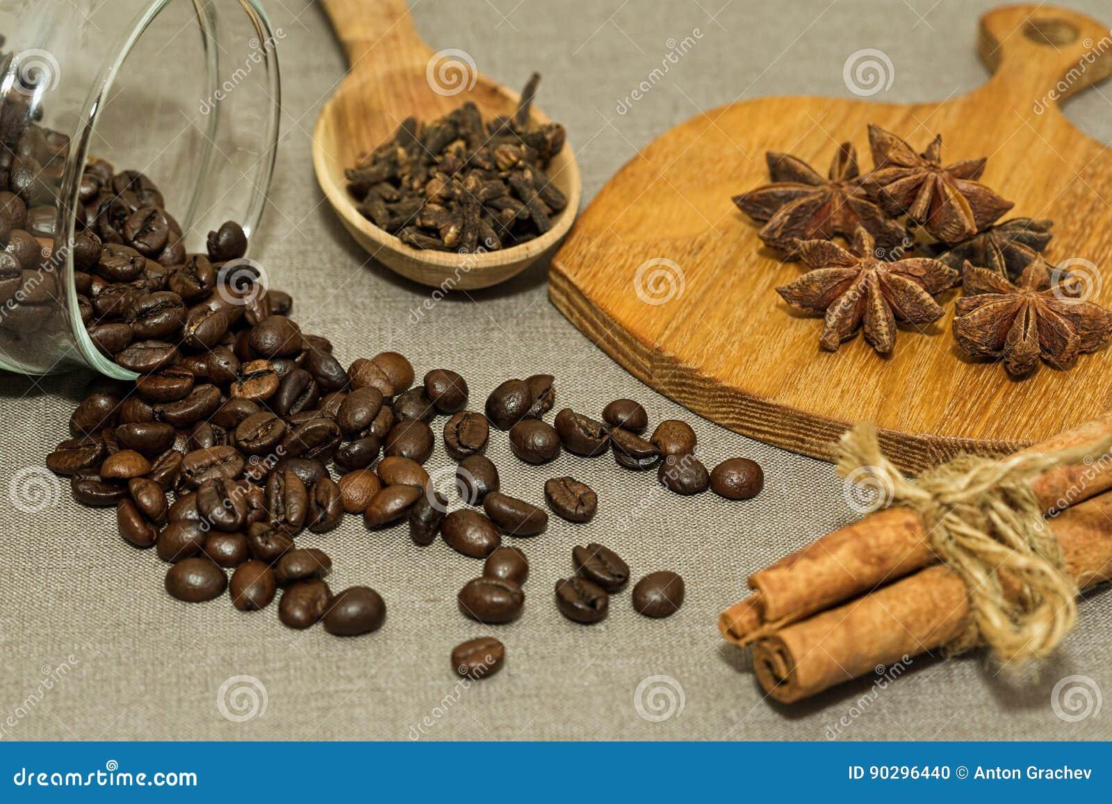Grains de café rôtis et différentes épices