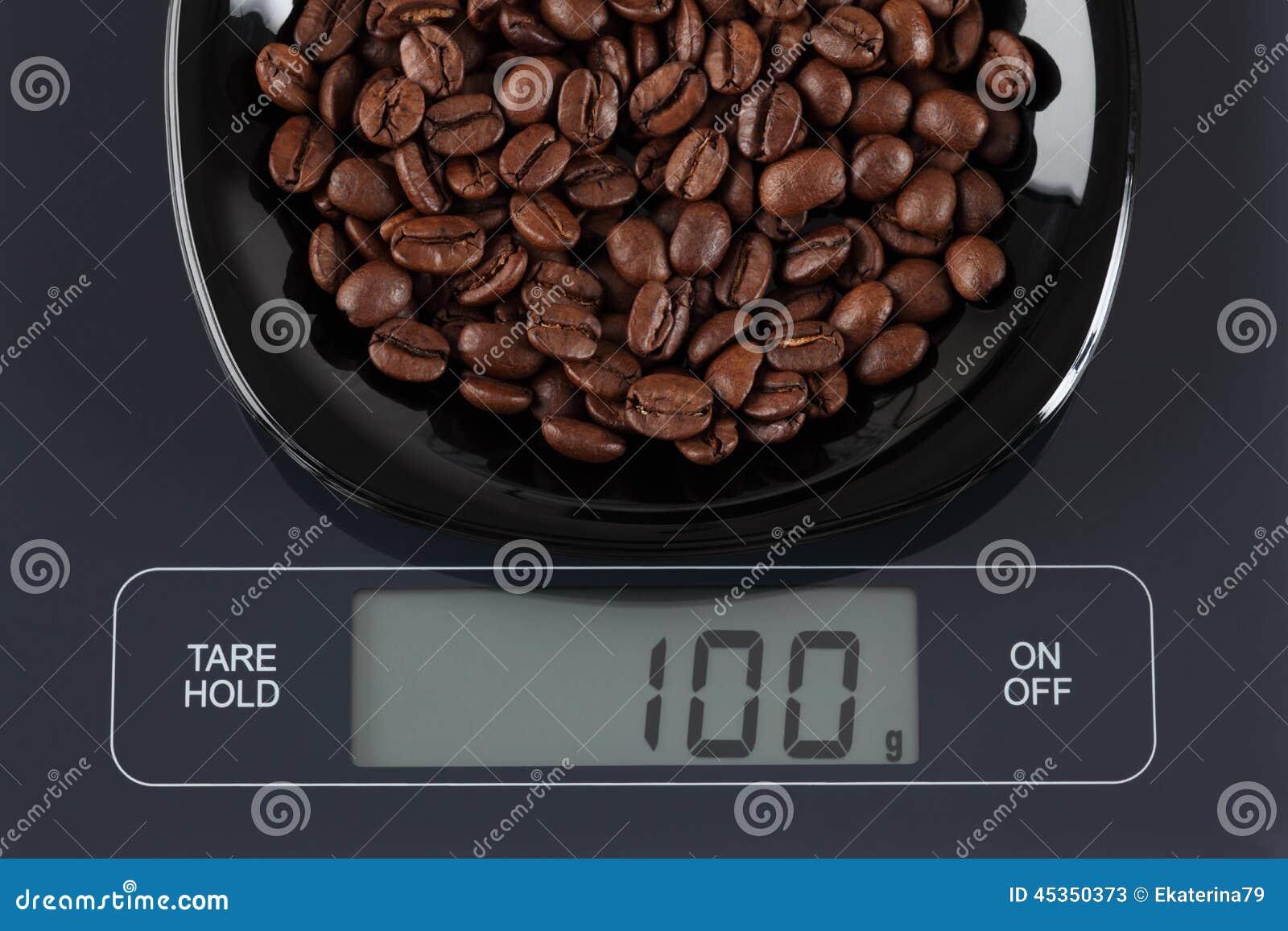 Grains de café sur l échelle de cuisine