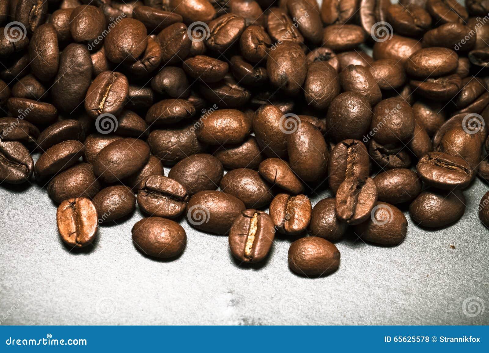 Grains de café sur le fond d ardoise toned