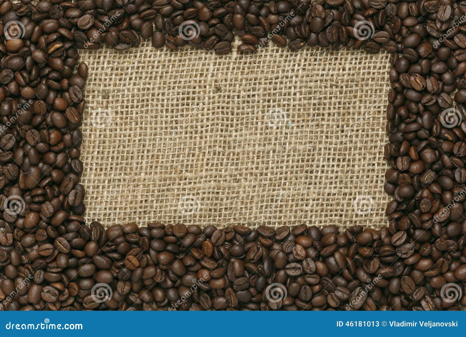 Grains de café sur le fond de jute