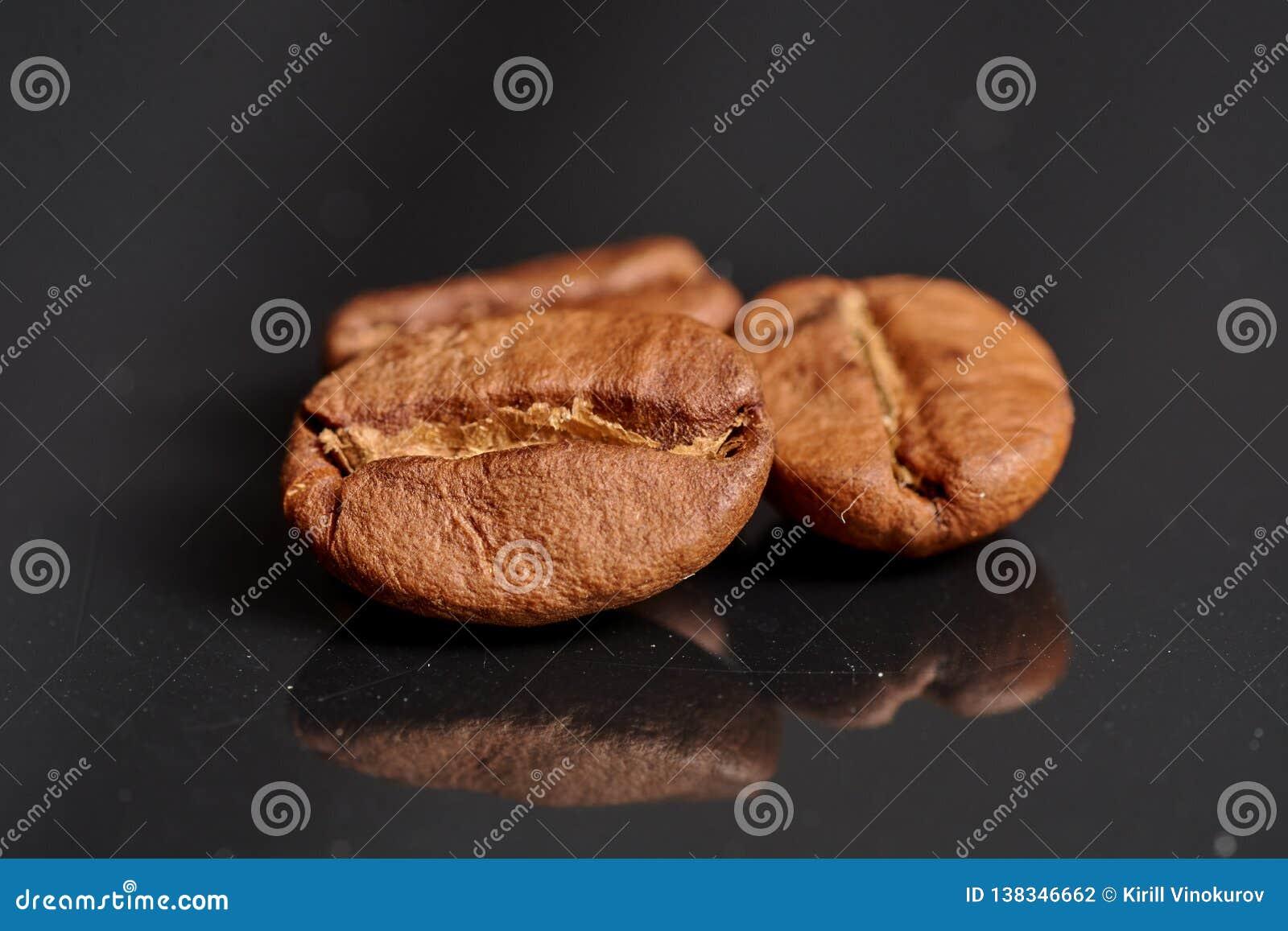 Grains de café sur le fond noir compatible à