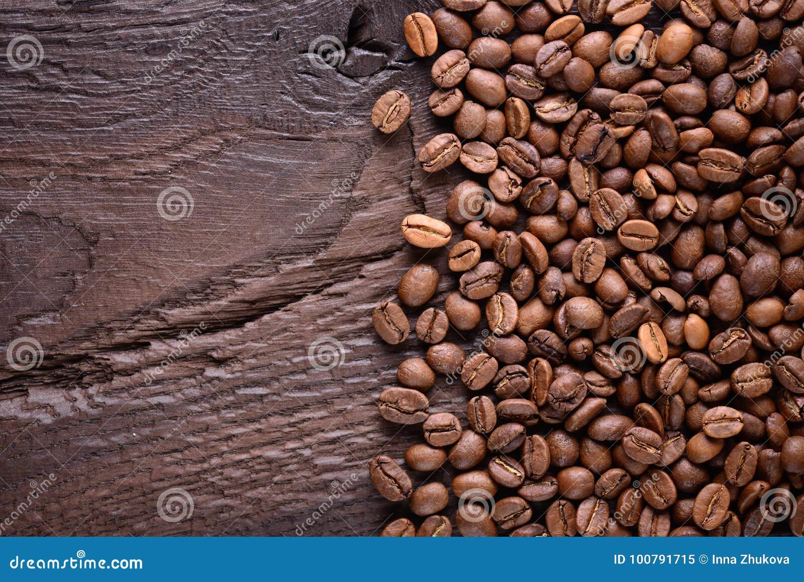 Grains de café sur un vieux bureau en bois vue supérieure avec un