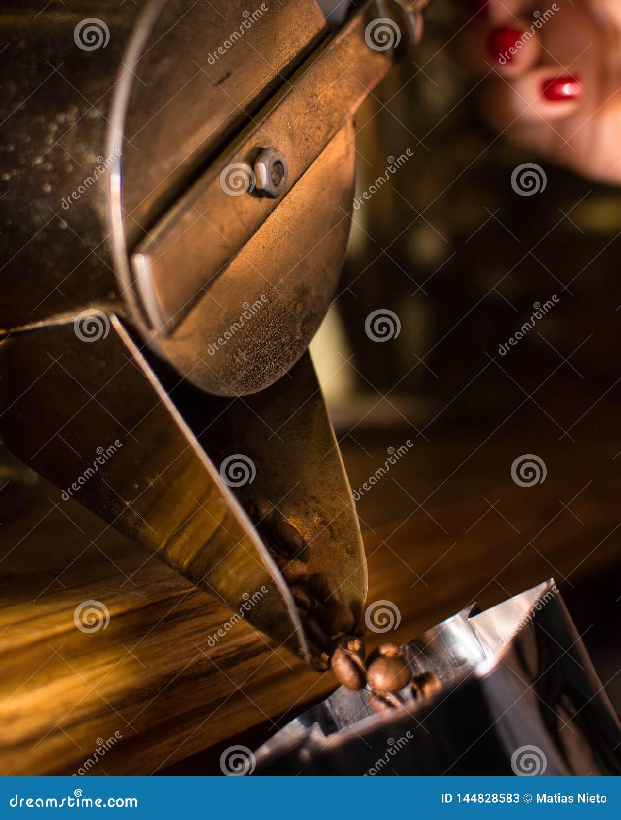 Grains de café tombant de la machine antique de distributeur à partir de 1900