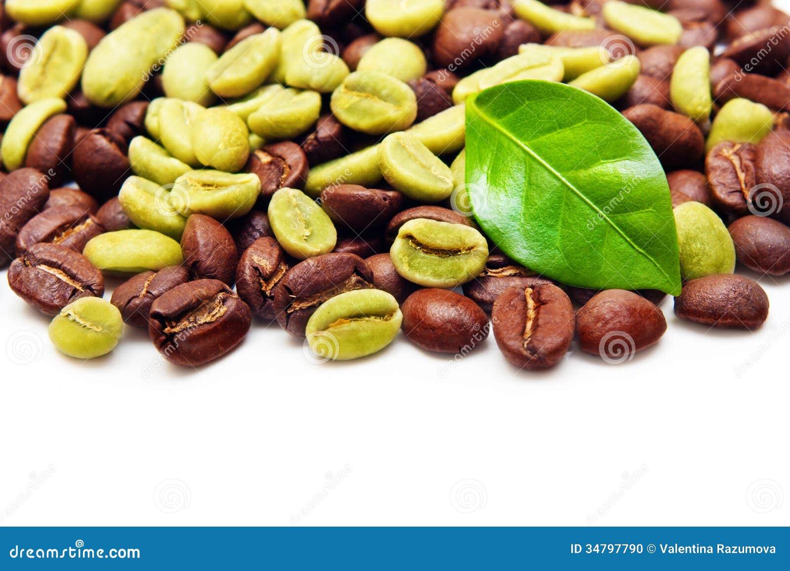 Grains de café verts et noirs.