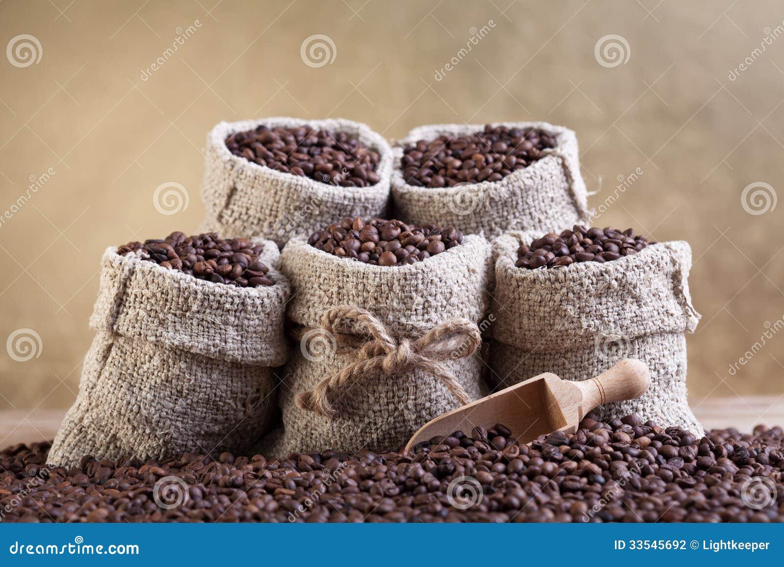 Grains de caf r tis dans de petits sacs de toile de jute - Sac de cafe en grain ...