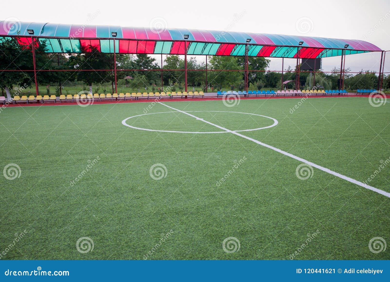 Grama artificial de Mini Football Goal On An Dentro do campo de futebol interno Mini centro do estádio de futebol