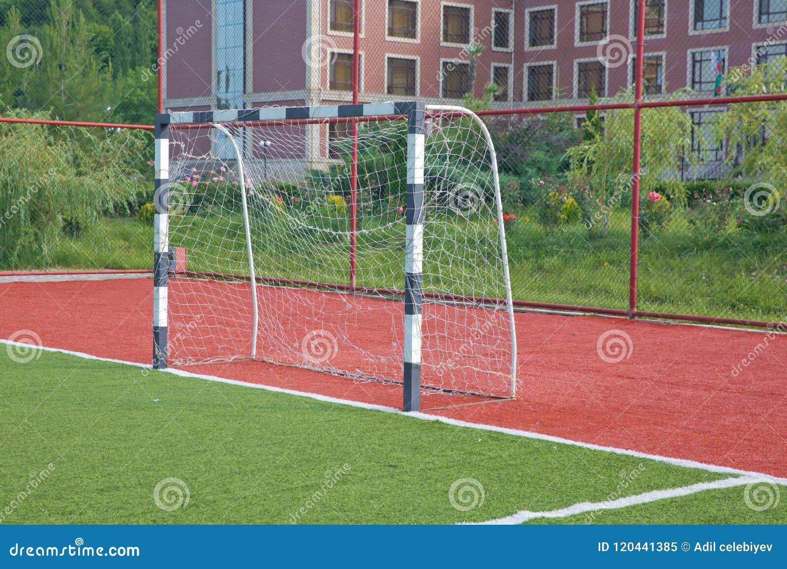 Grama artificial de Mini Football Goal On An Objetivo do futebol em um gramado verde