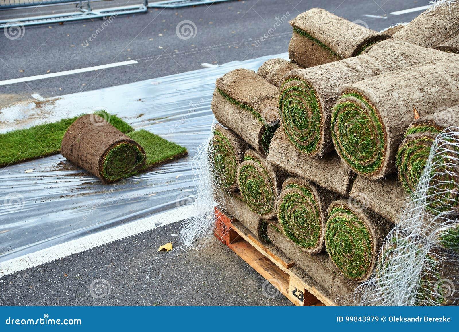 A grama rola pronto para ser colocado na estrada