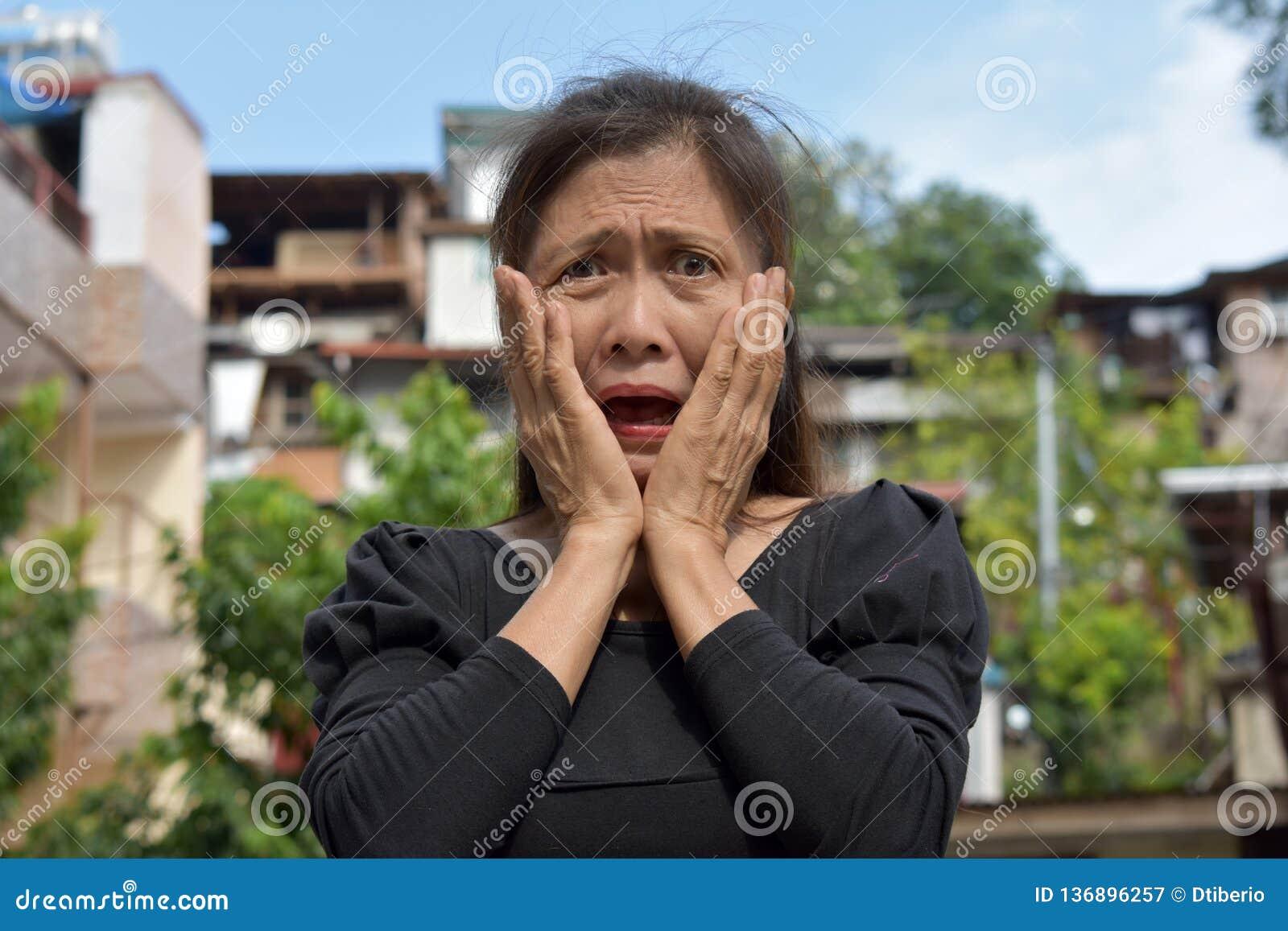 Gramma mayor femenino chocado