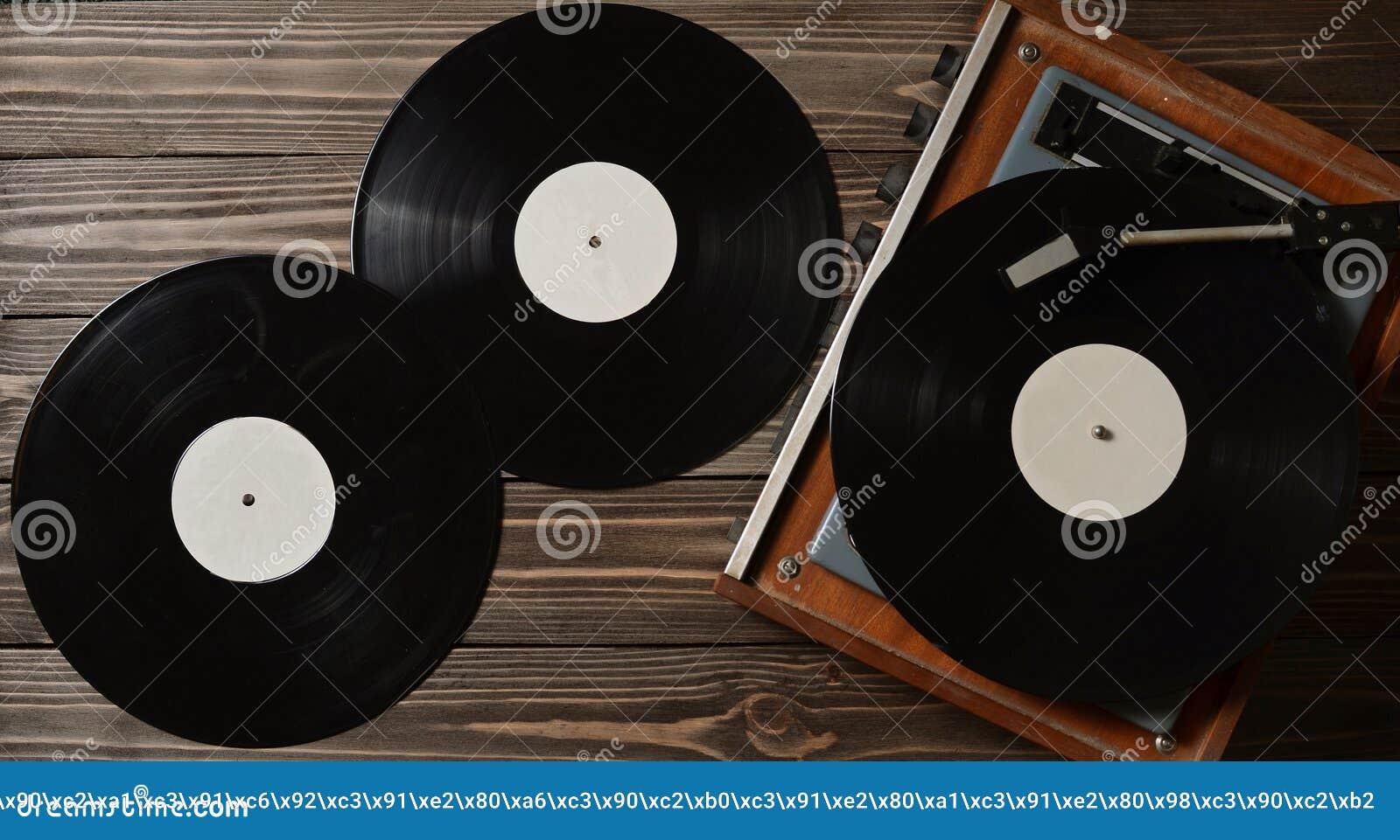Grammofoon en vinylschijven op een houten vloer retro media stock