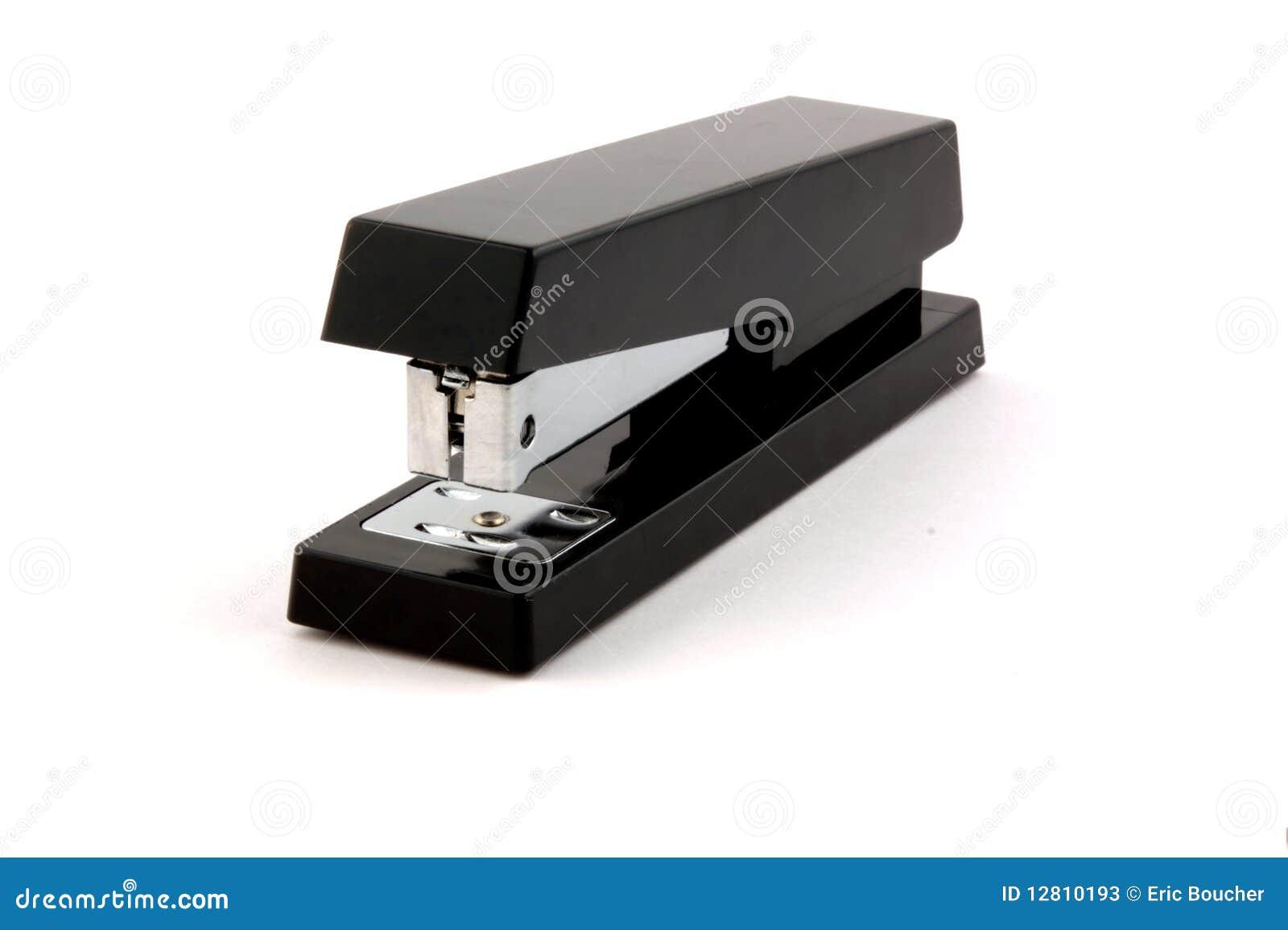Grampeador preto isolado no branco puro