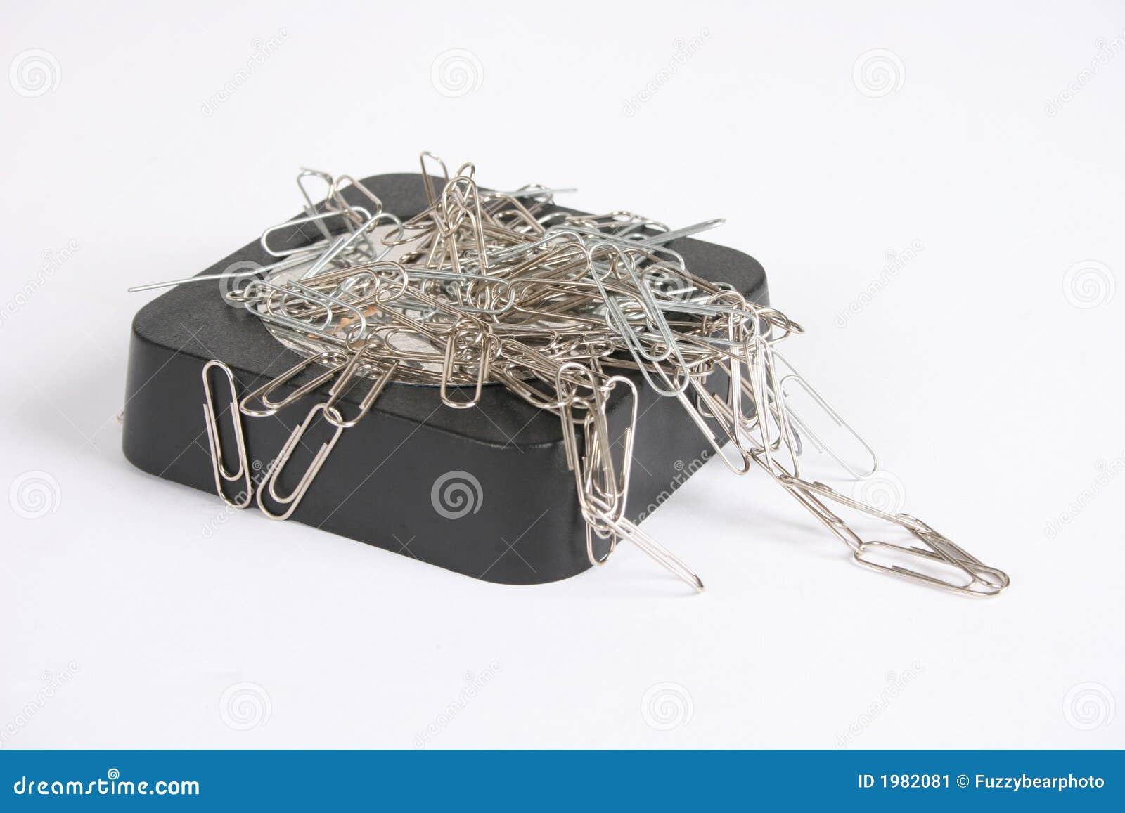Grampos de papel anexados ao ímã