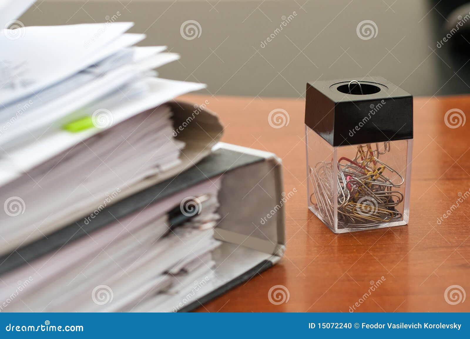 Grampos de papel de escrita.