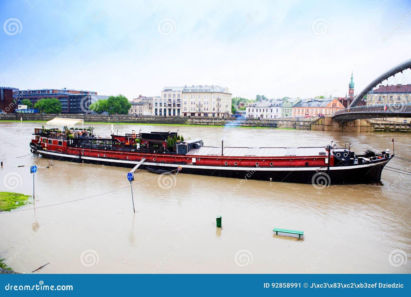 Gran agua en el río Vistula en Cracovia