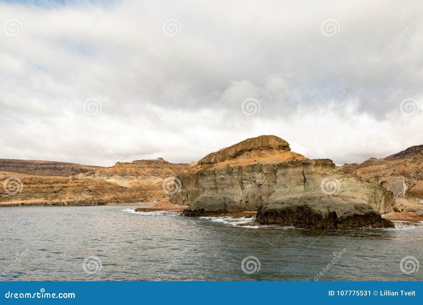 Gran Canaria, Ilhas Canárias na Espanha: As montanhas bonitas na costa entre Puerto de Mogan e Porto Rico