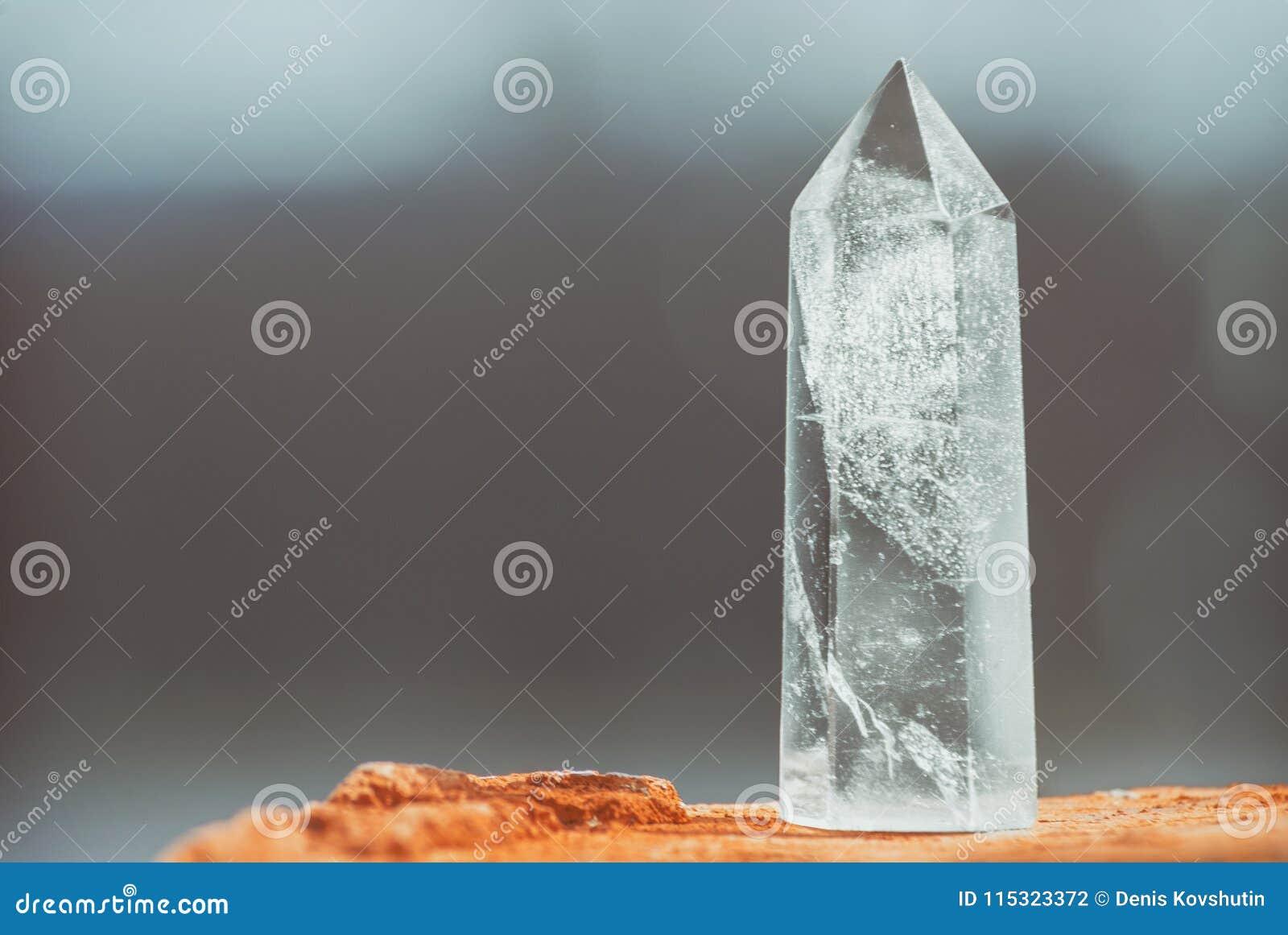 Gran cristal real transparente puro claro grande del diamante de la calcedonia del cuarzo brillante en cierre del fondo de la nat