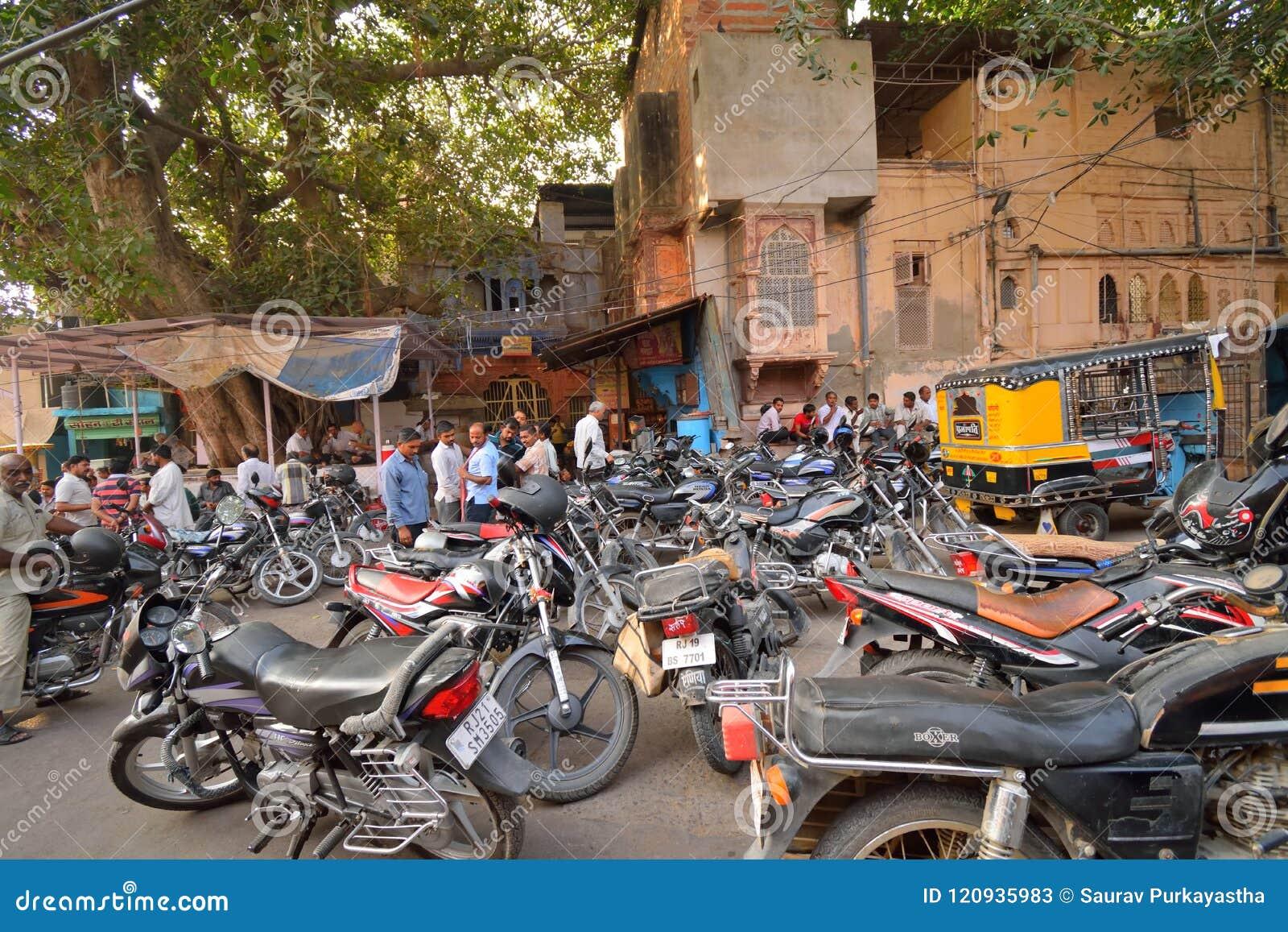 Gran número de motocicletas parqueadas en el camino