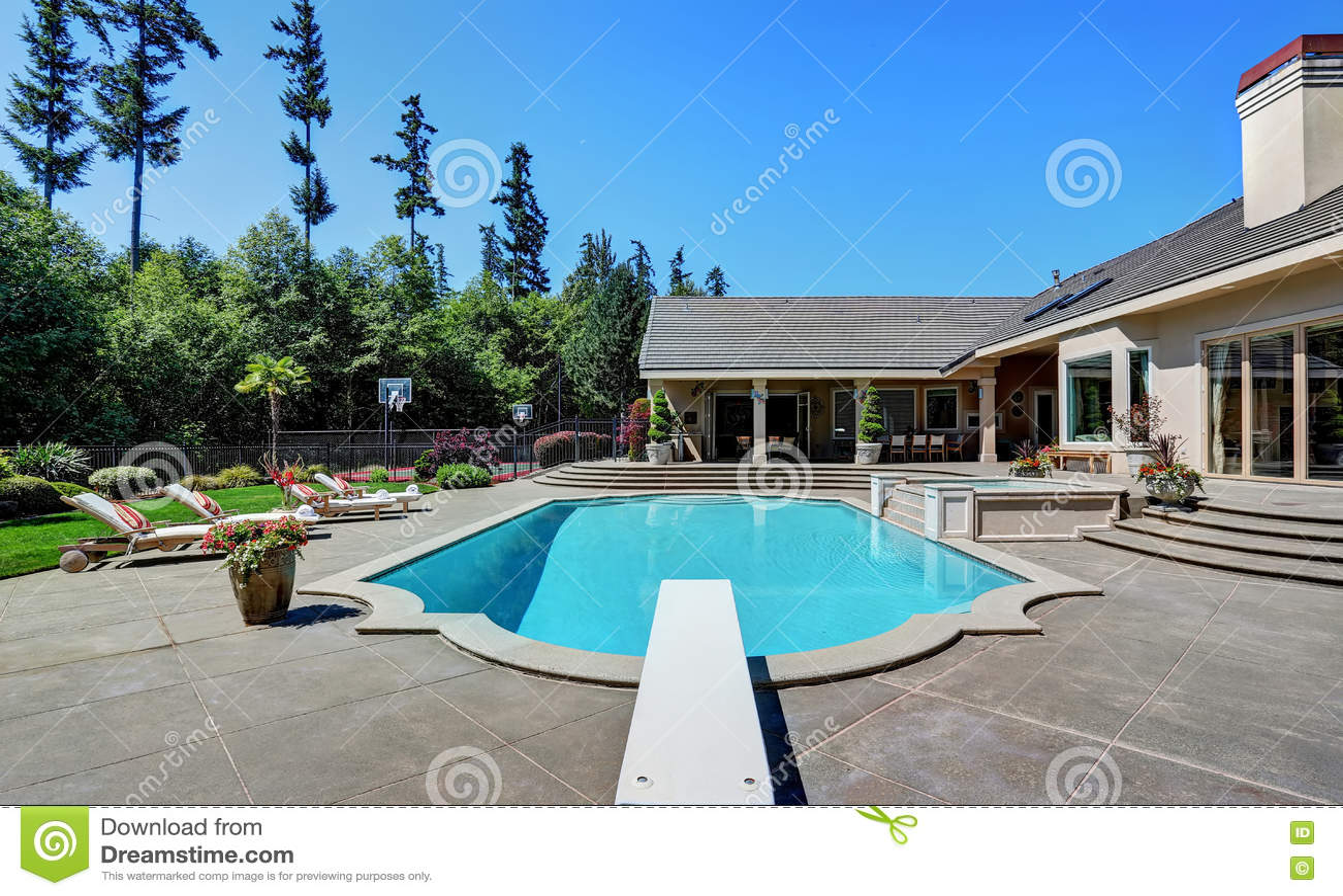 Gran patio trasero con la piscina casa de lujo suburbana for In casa piscina