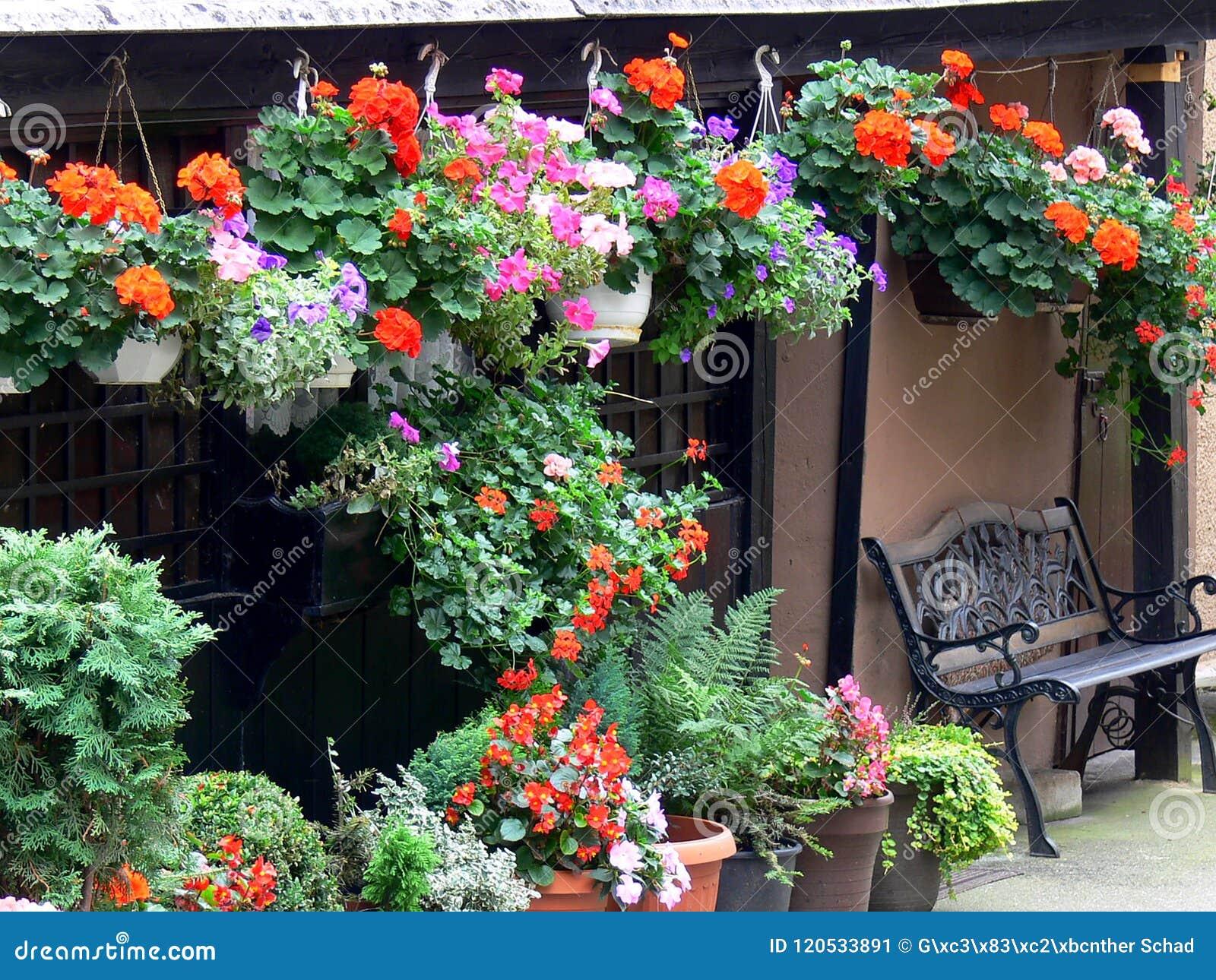 Gran Terraza Con La Decoración Floral Abundante Imagen De