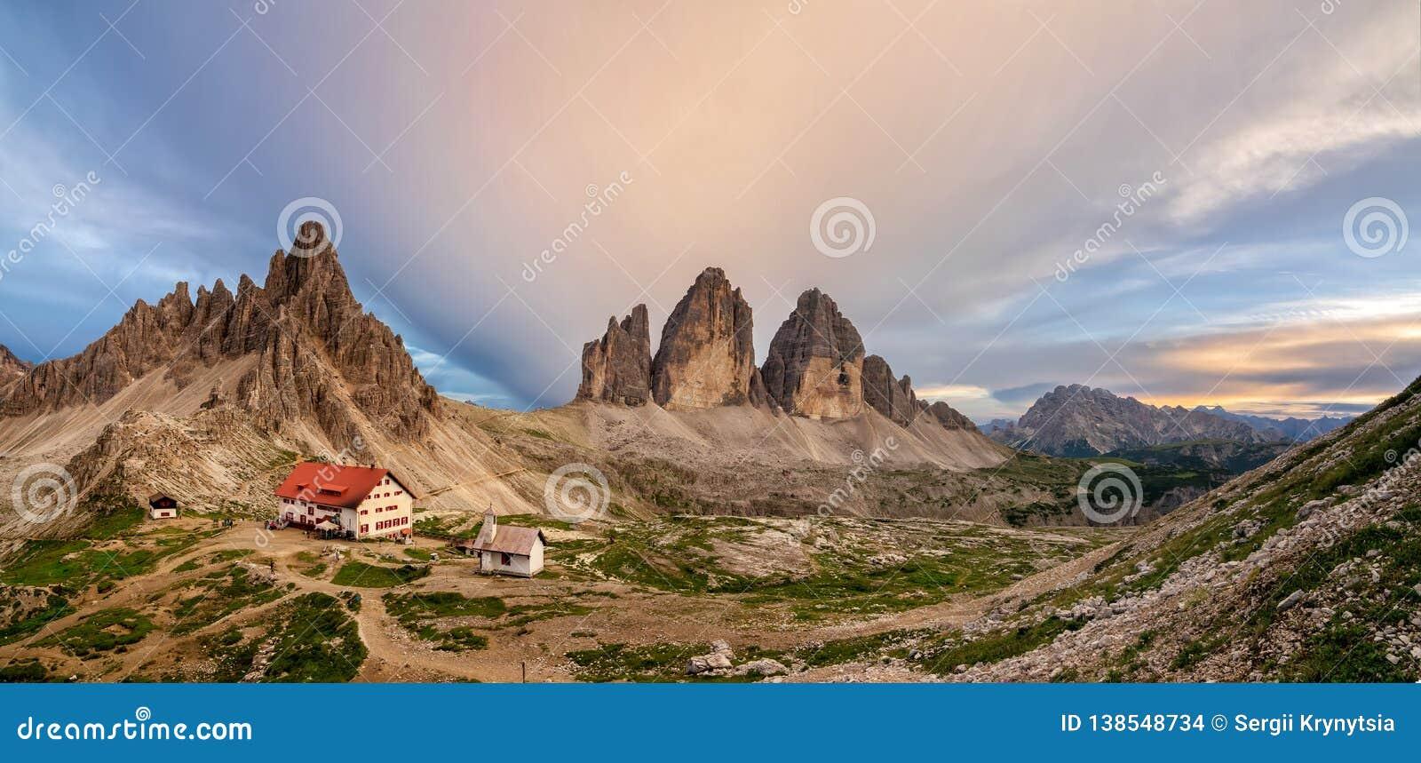 Gran vista panorámica de Tre Cime, de su choza y de la capilla Tre Cime di Lavaredo National Park, dolomías, Italia