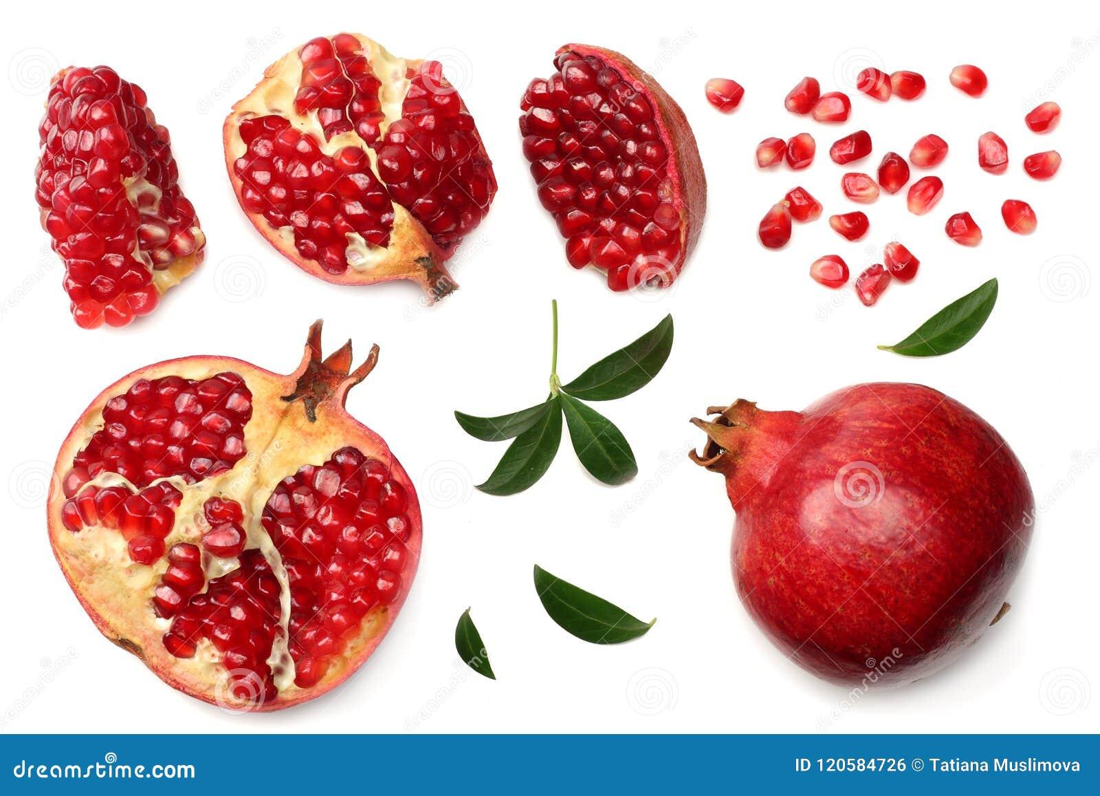Granaatappelfruit met zaden en groene die bladeren op witte hoogste mening worden geïsoleerd als achtergrond