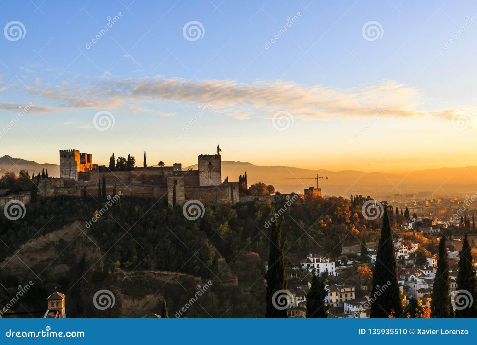 Granada España Panoramablick von Alhambra-Palast und -festung mit Sierra Nevada am Hintergrund Reiseziel in Spanien