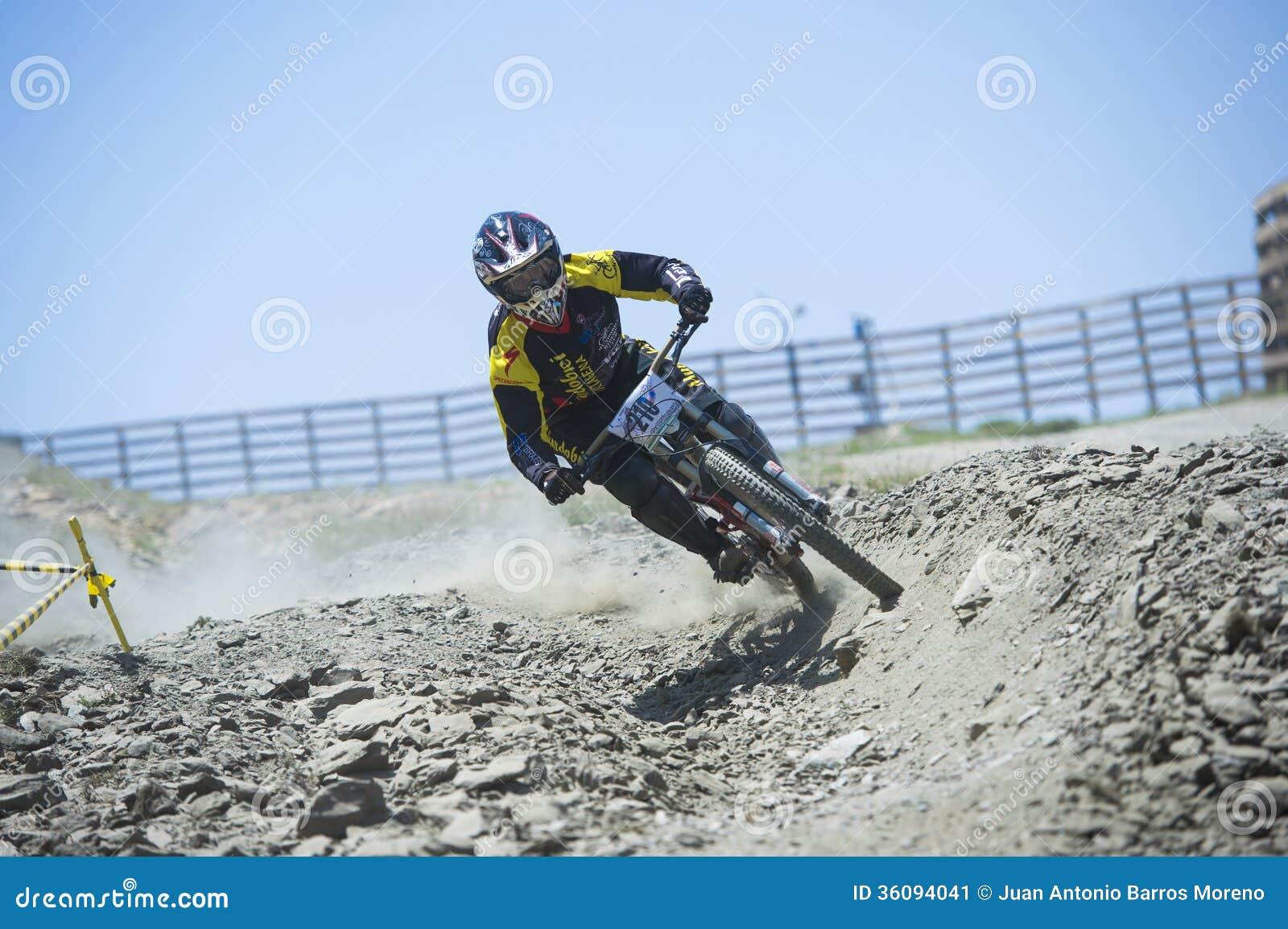 GRANADA, ESPANHA - 30 DE JUNHO: O piloto desconhecido na competição da bicicleta em declive Bull da montanha bikes AO 2013 do copo