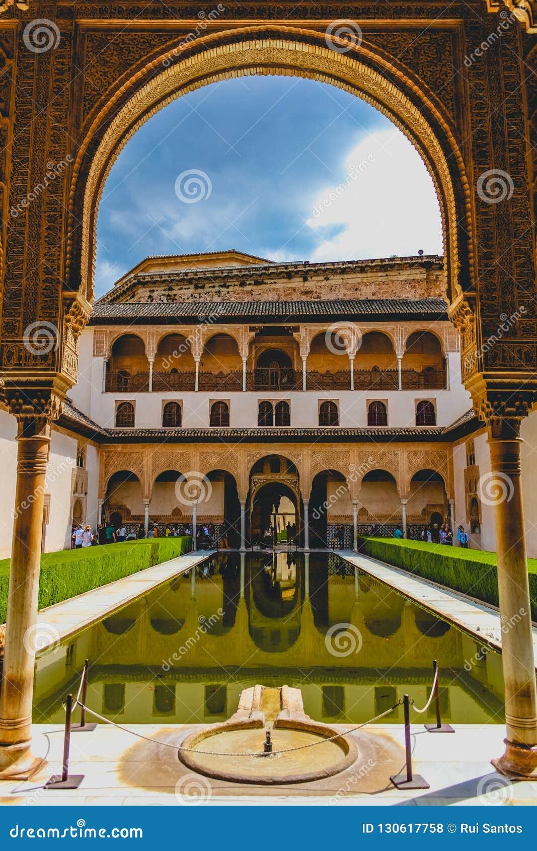 Granada, Espanha - 5/6/18: Pátio de Comares, palácio de Nasrid, Alhambra