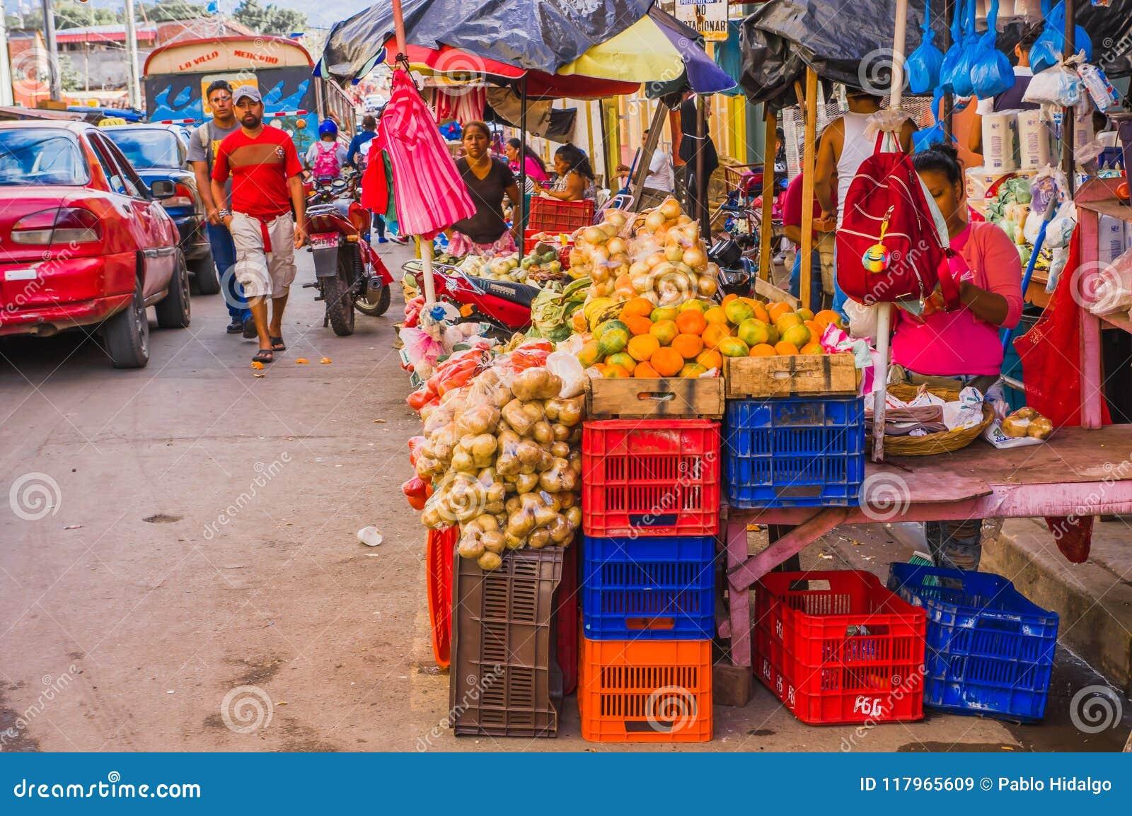 GRANADA, NIKARAGUA, MAJ, 14, 2018: Niezidentyfikowani ludzie chodzi i ulica rynek opóźnia przy kolorową ulicą wewnątrz