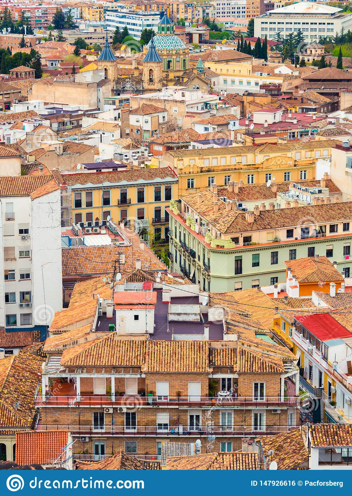 Granada van hierboven met kleurrijke huizen