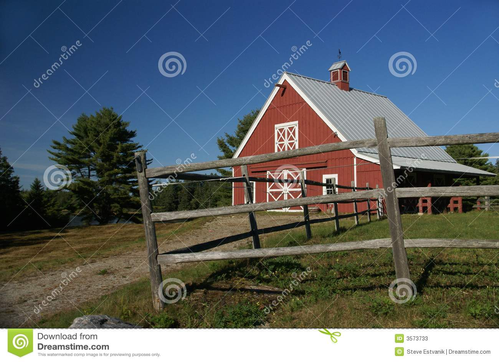Granaio di colore rosso della Nuova Inghilterra
