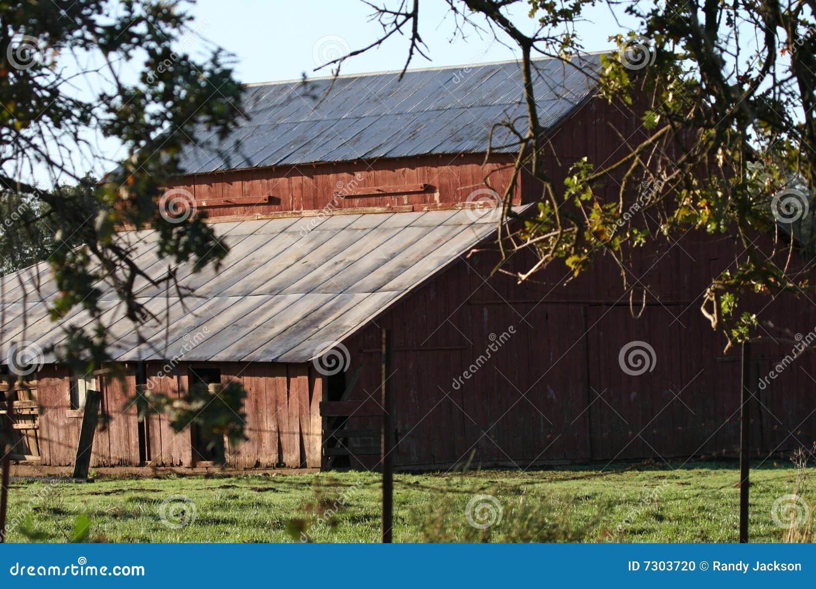 Granaio di legno in campagna