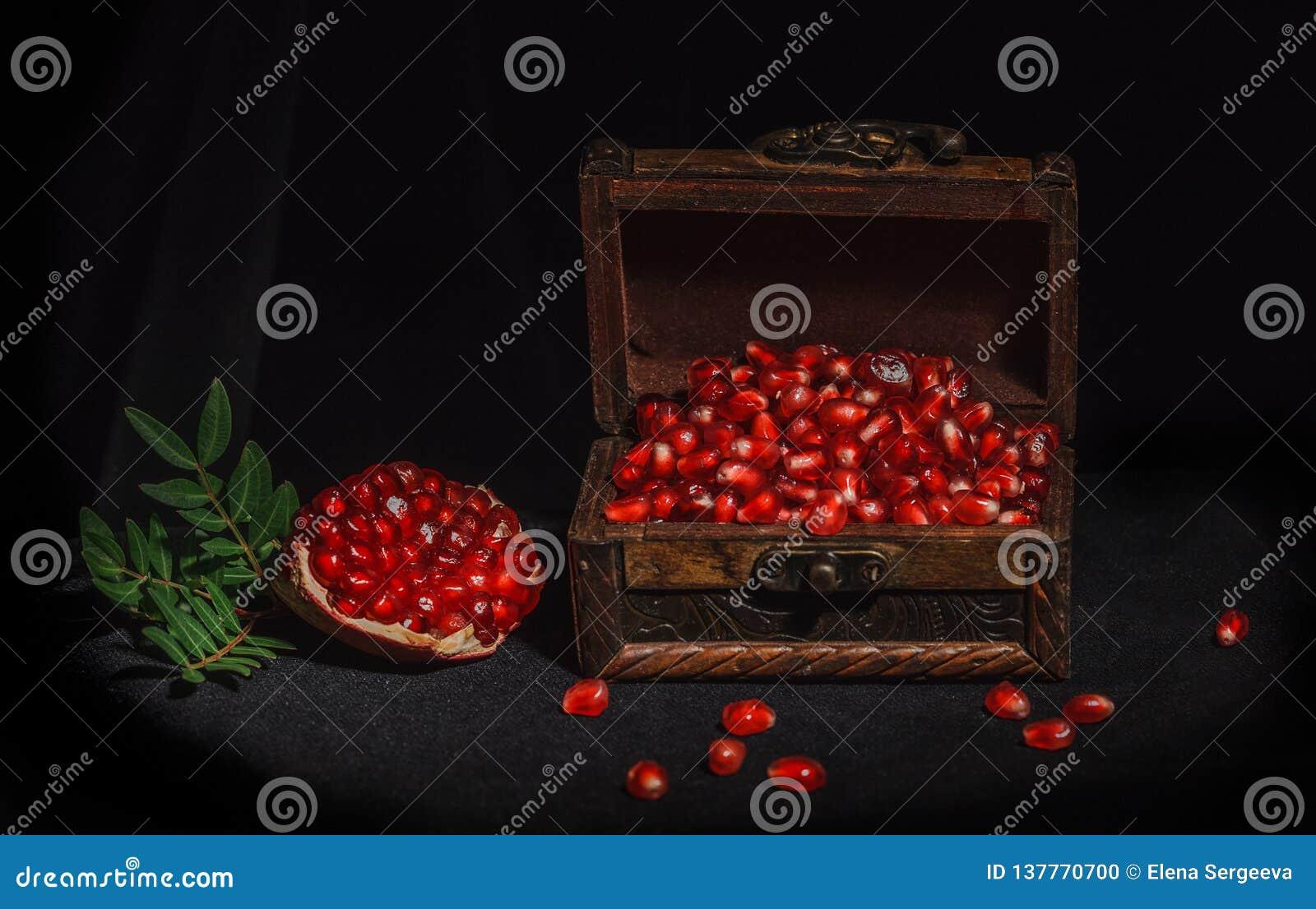Granatapfel auf einem dunklen Hintergrund