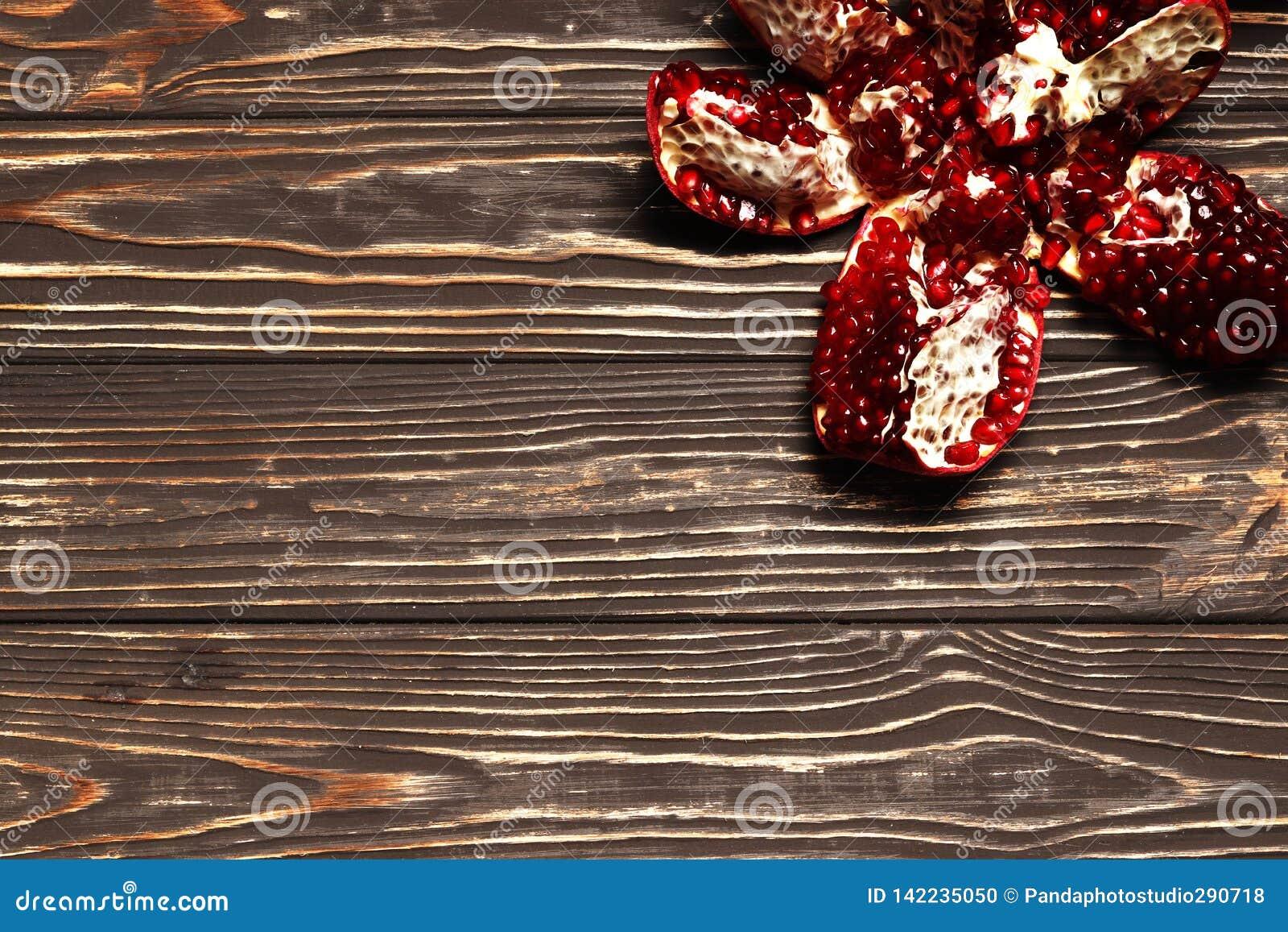 Granatapfel auf hölzernem Hintergrund