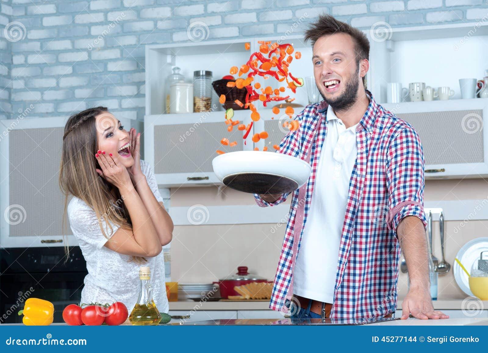 Grand amusement sur la cuisine le couple dans l 39 amour fait - Video amour dans la cuisine ...