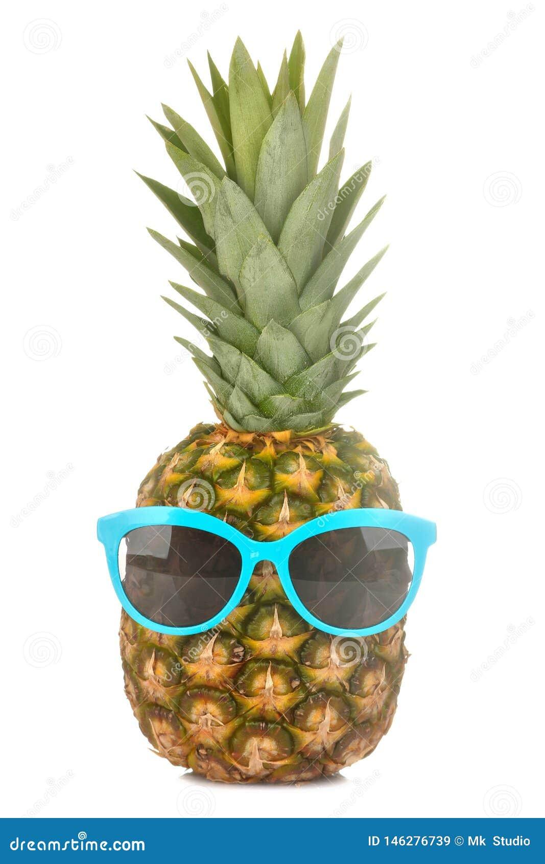 Grand ananas mûr frais de fruit dans des lunettes de soleil sur un fond d isolement blanc Fruit d ?t?
