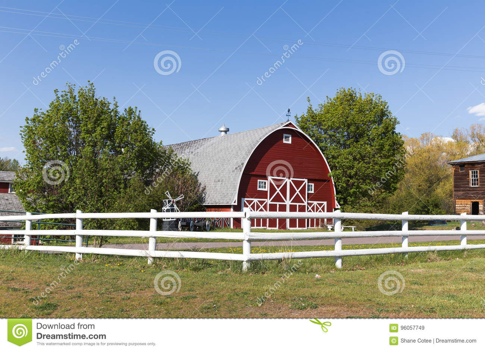 Grand bâtiment de grange