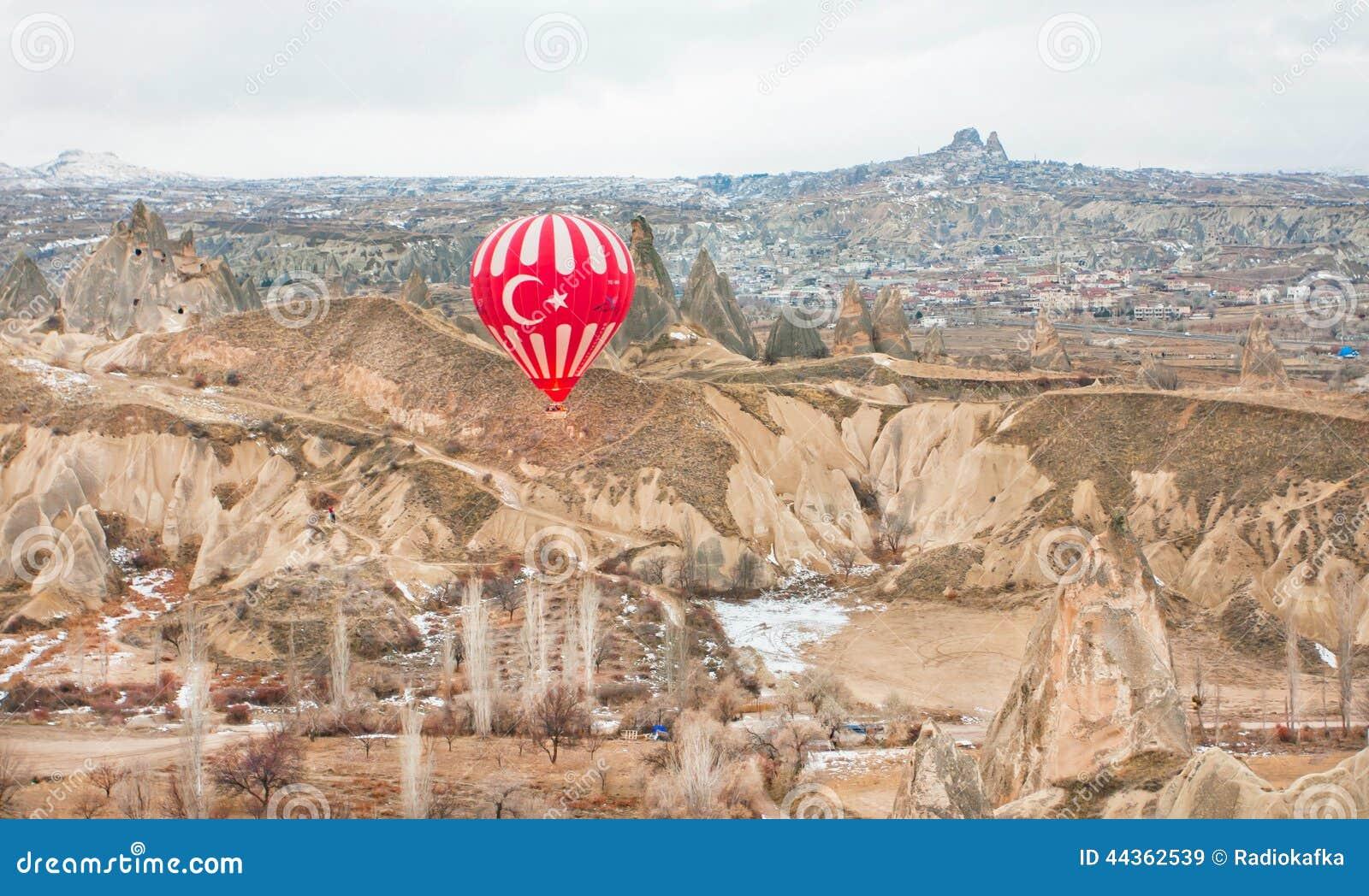 Grand ballon au-dessus du village abandonné de la vallée colorée de roche