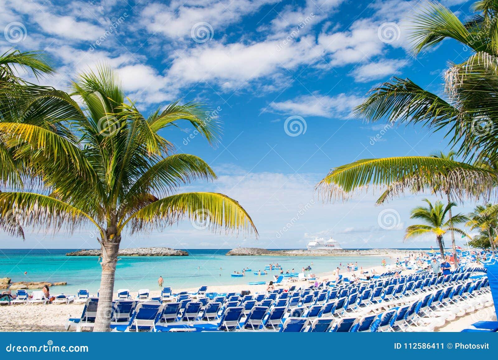 Grand banc de sable d étrier, Bahamas - 8 janvier 2016 : plage de mer, les gens, chaises, palmiers verts le jour ensoleillé Vacan
