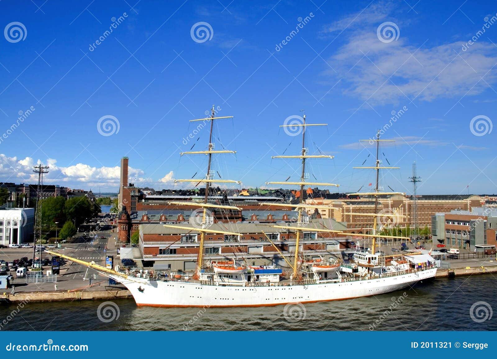 Grand bateau à voile à Helsinki