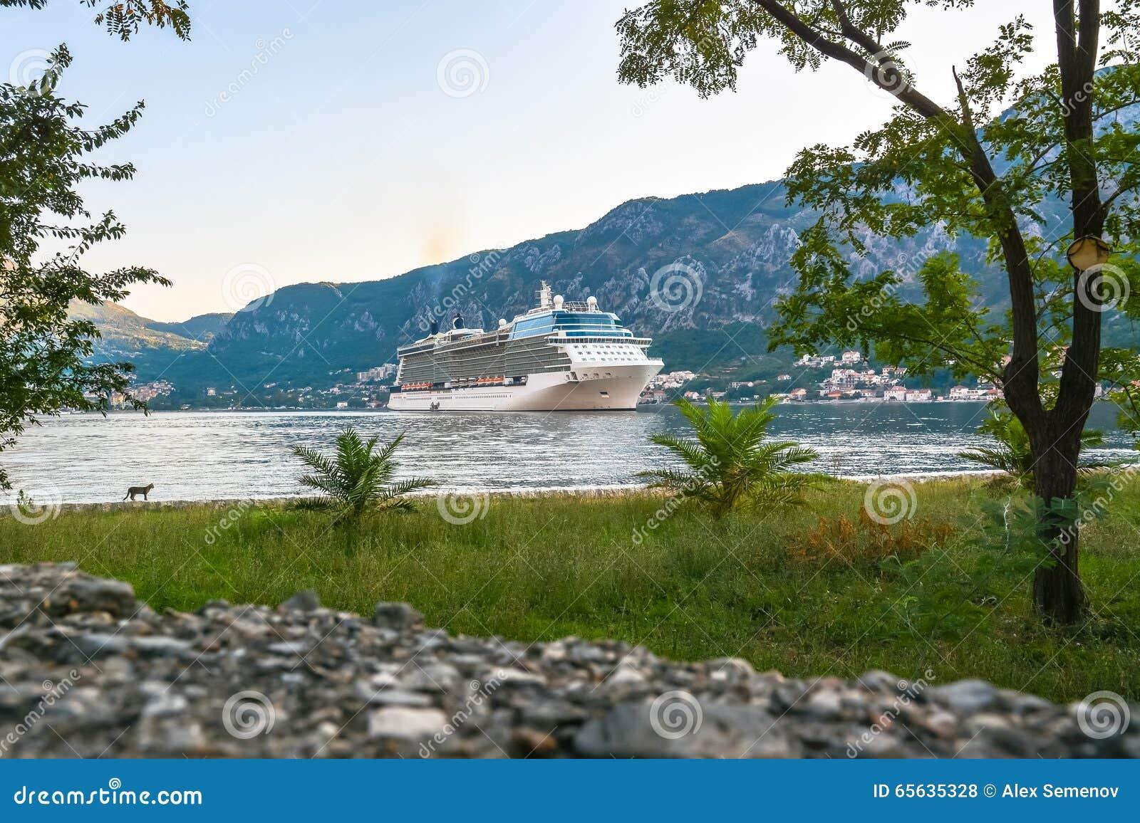 Grand bateau de croisière à l ancre dans la baie de Kotor