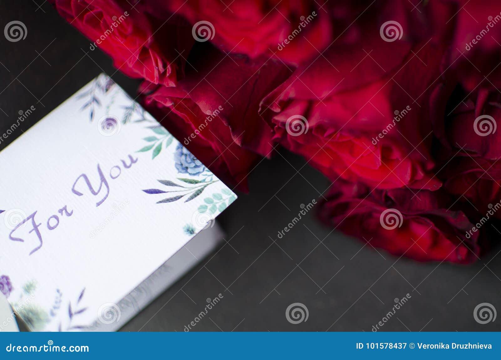 Grand Bouquet De Rose De Rouge Cadeau Gentil De Joyeux Anniversaire