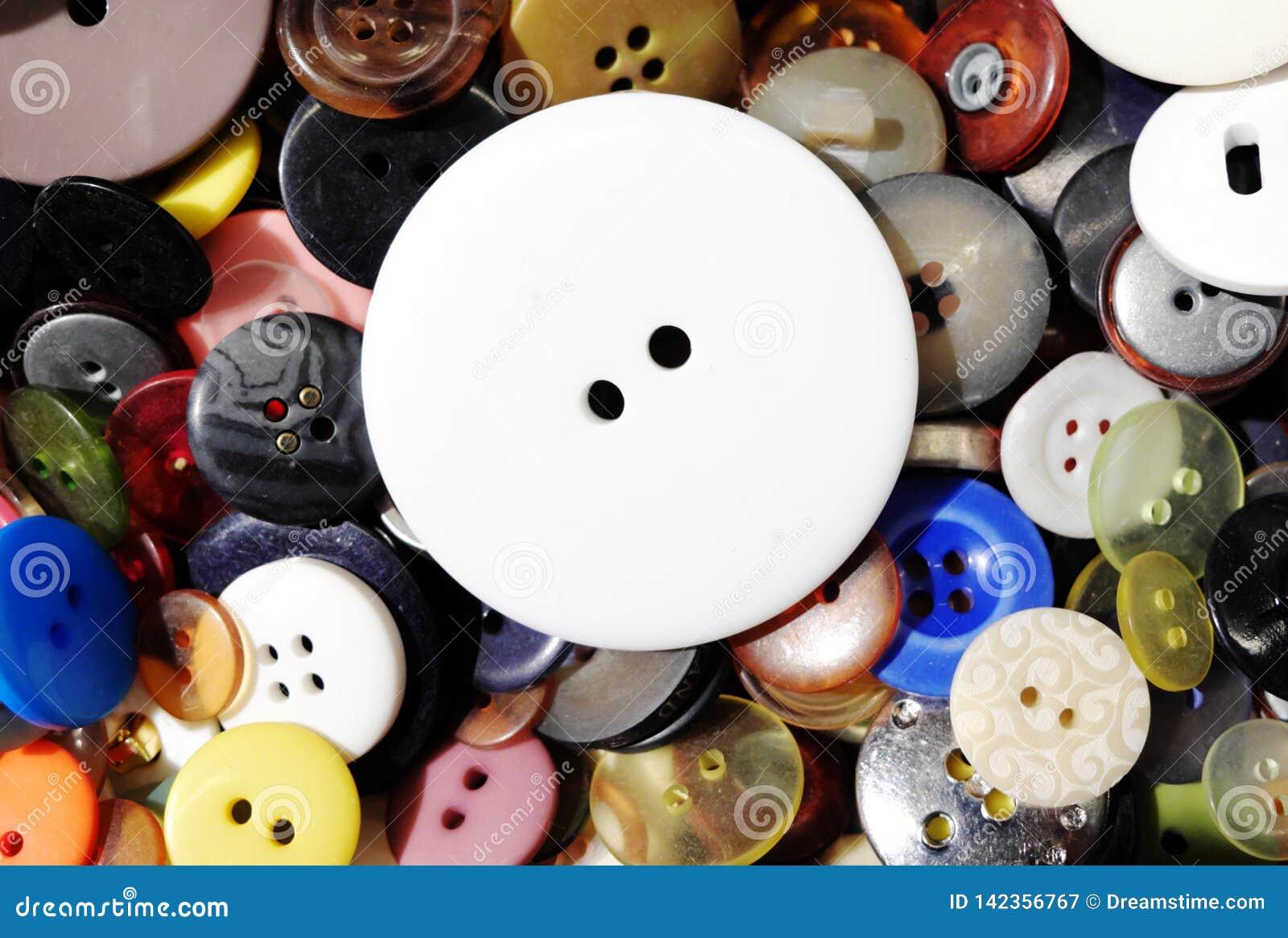 Grand bouton blanc s étendant sur d autres plus petits boutons colorés
