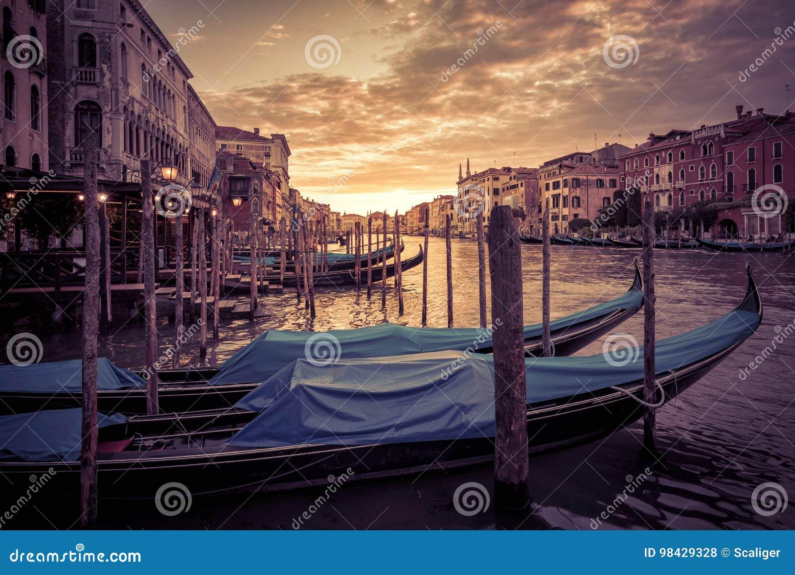 Grand Canal en la puesta del sol en Venecia